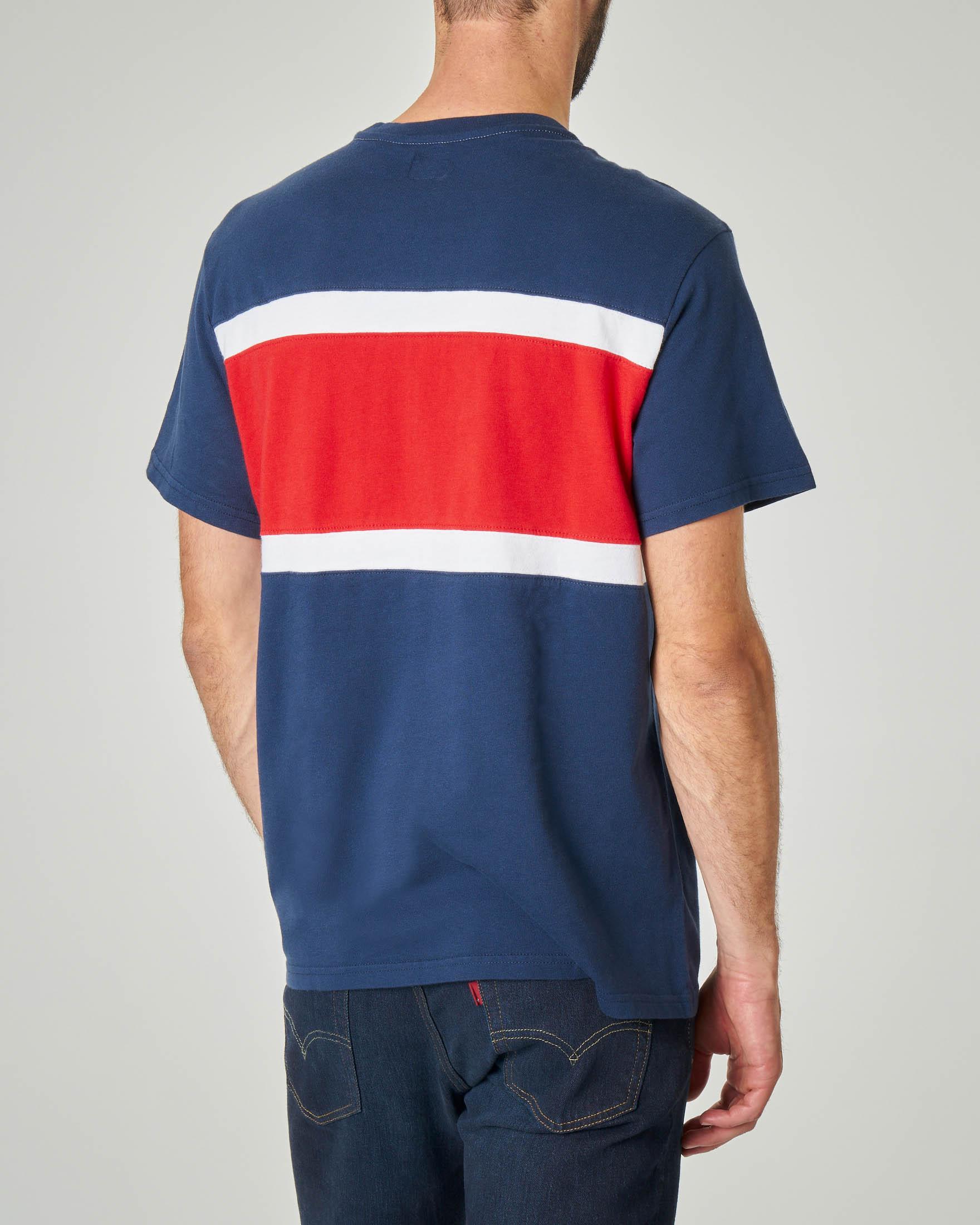 T-shirt color block blu e rossa con logo stampato