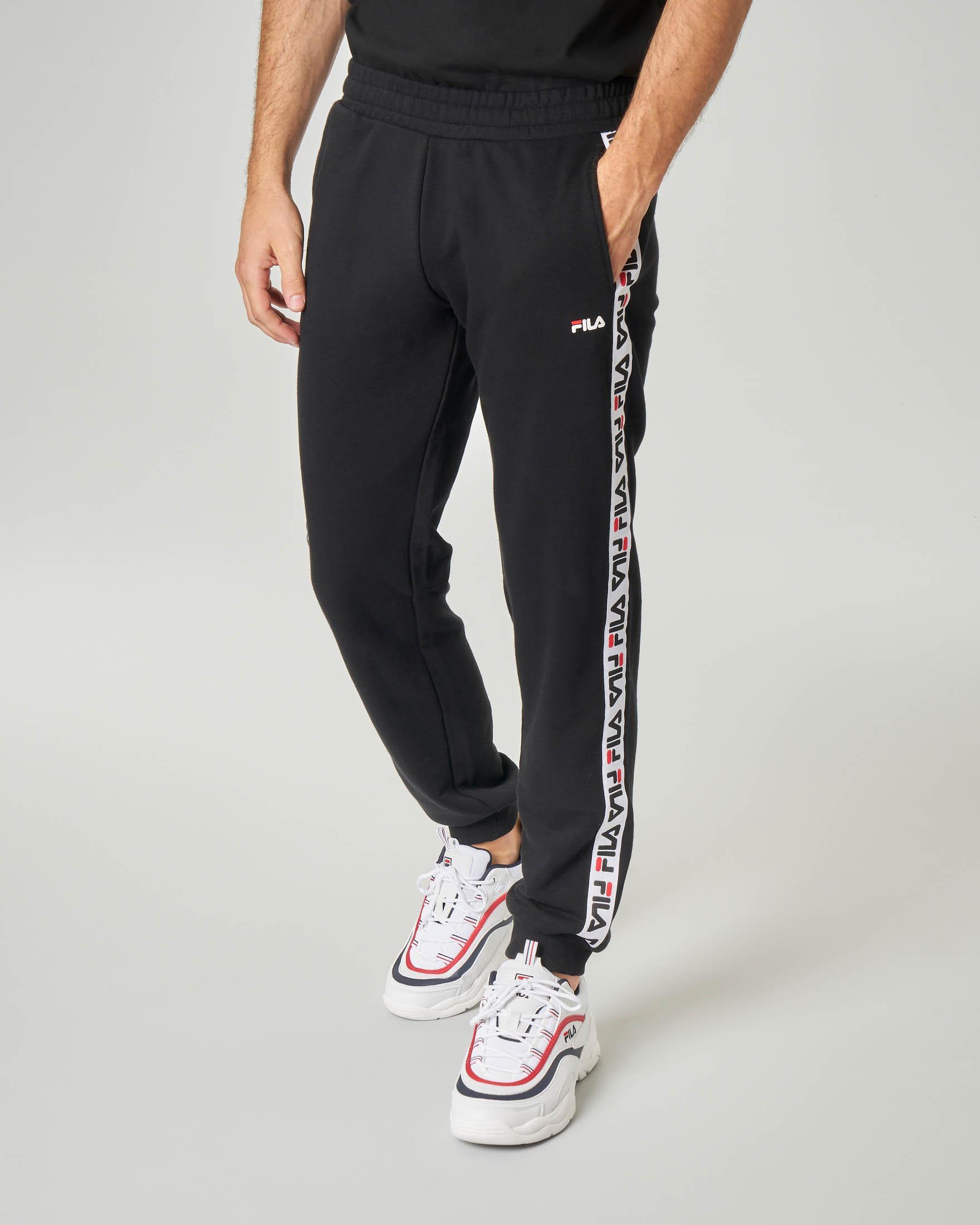 Pantalone in felpa nero con banda logata sui fianchi