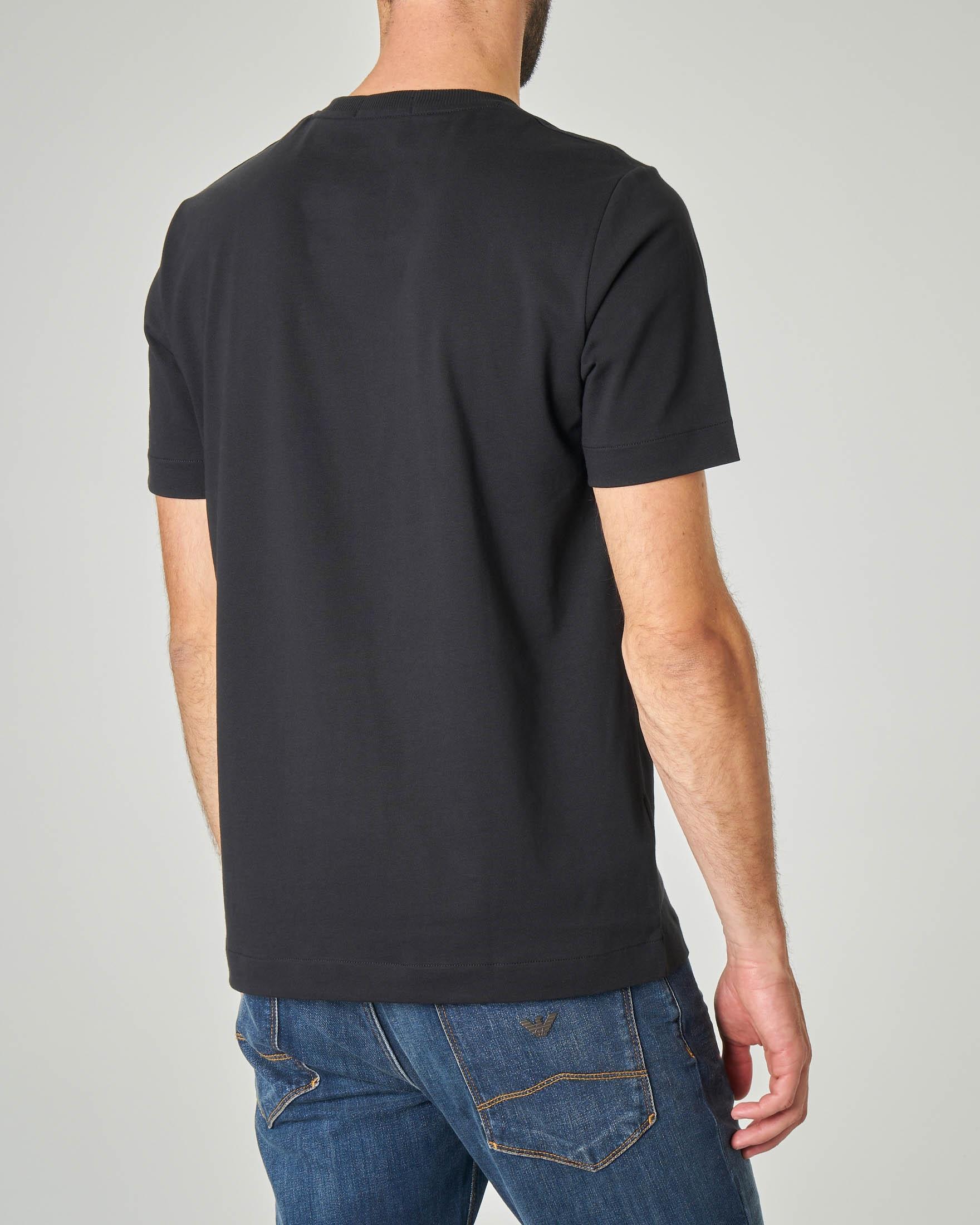 T-shirt nera con patch bianco e logo stampato