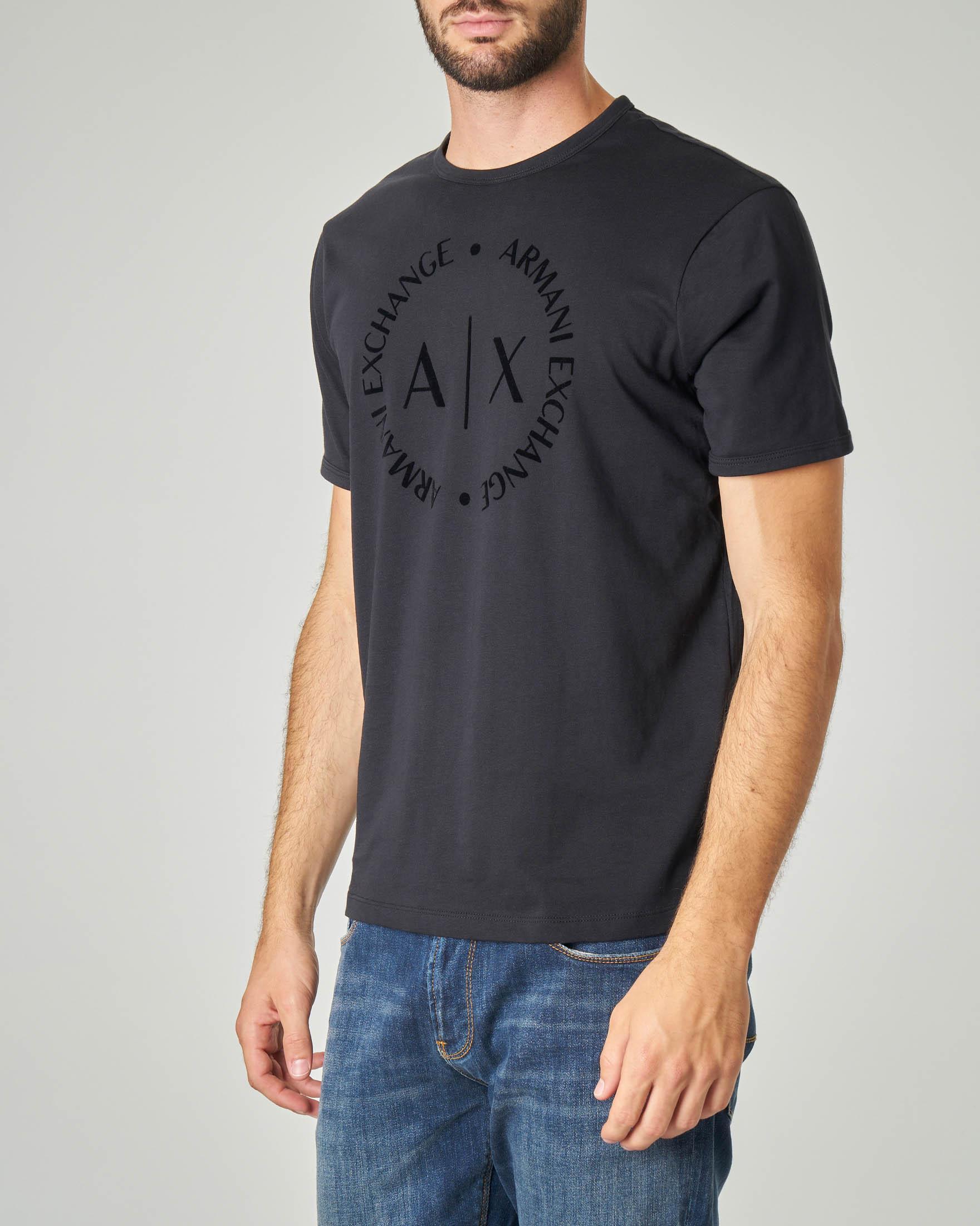T-shirt nera con logo in rilievo sul petto