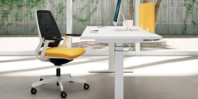 Sala riunioni moderna con sedia in tessuto giallo