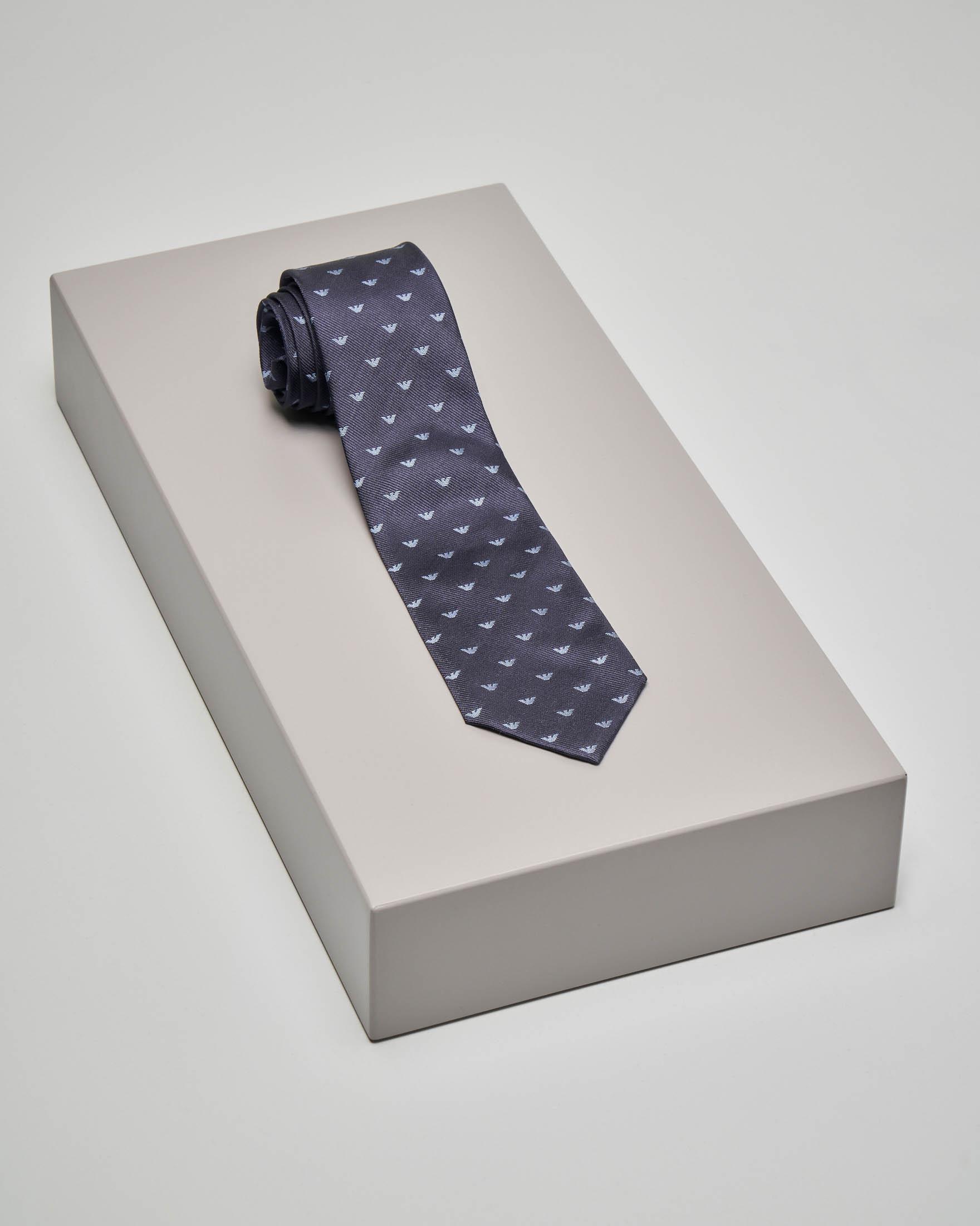 Cravatta blu in seta con disegno aquilette azzurre