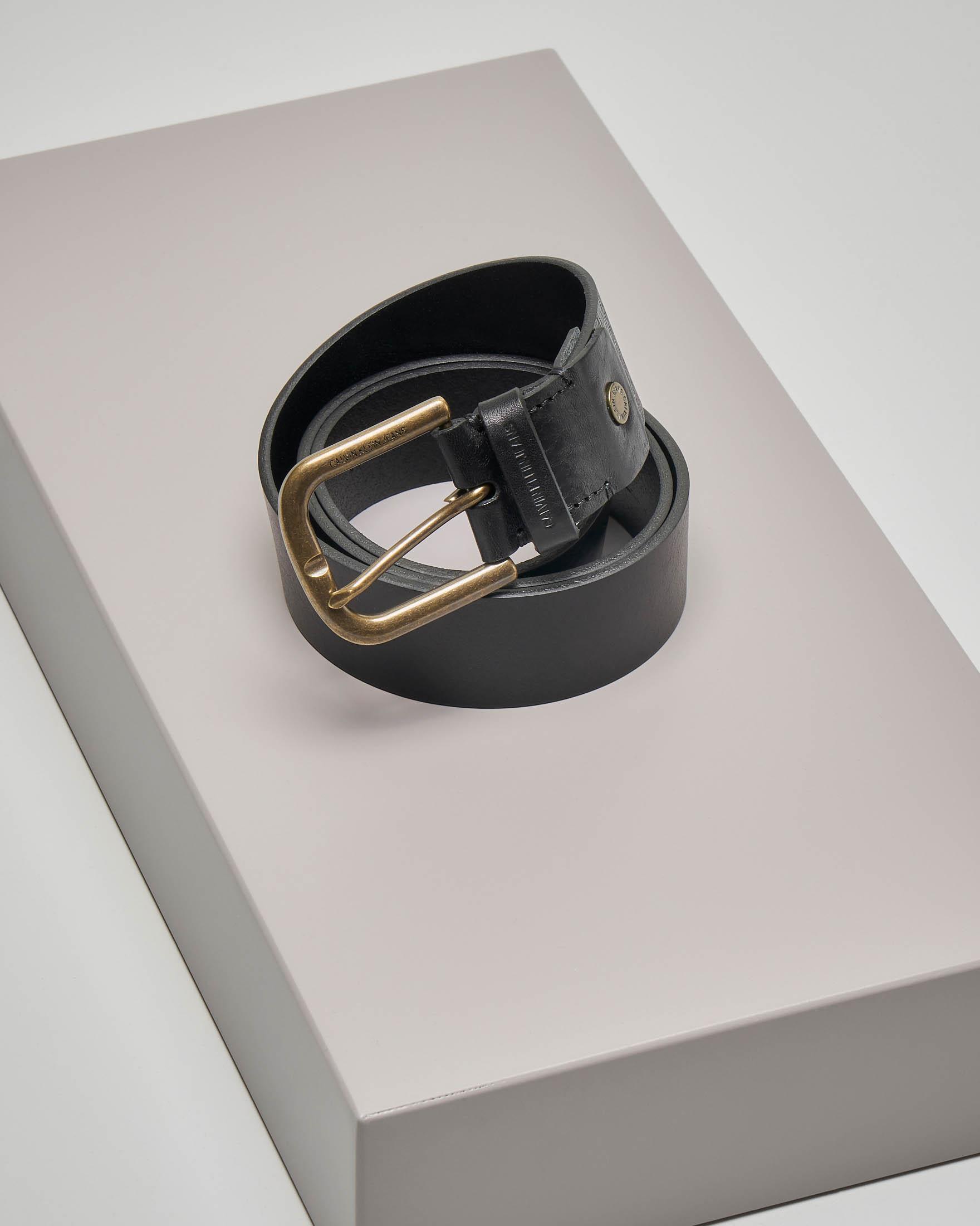 Cintura nera in pelle con fibbia in metallo brunita e passante logato