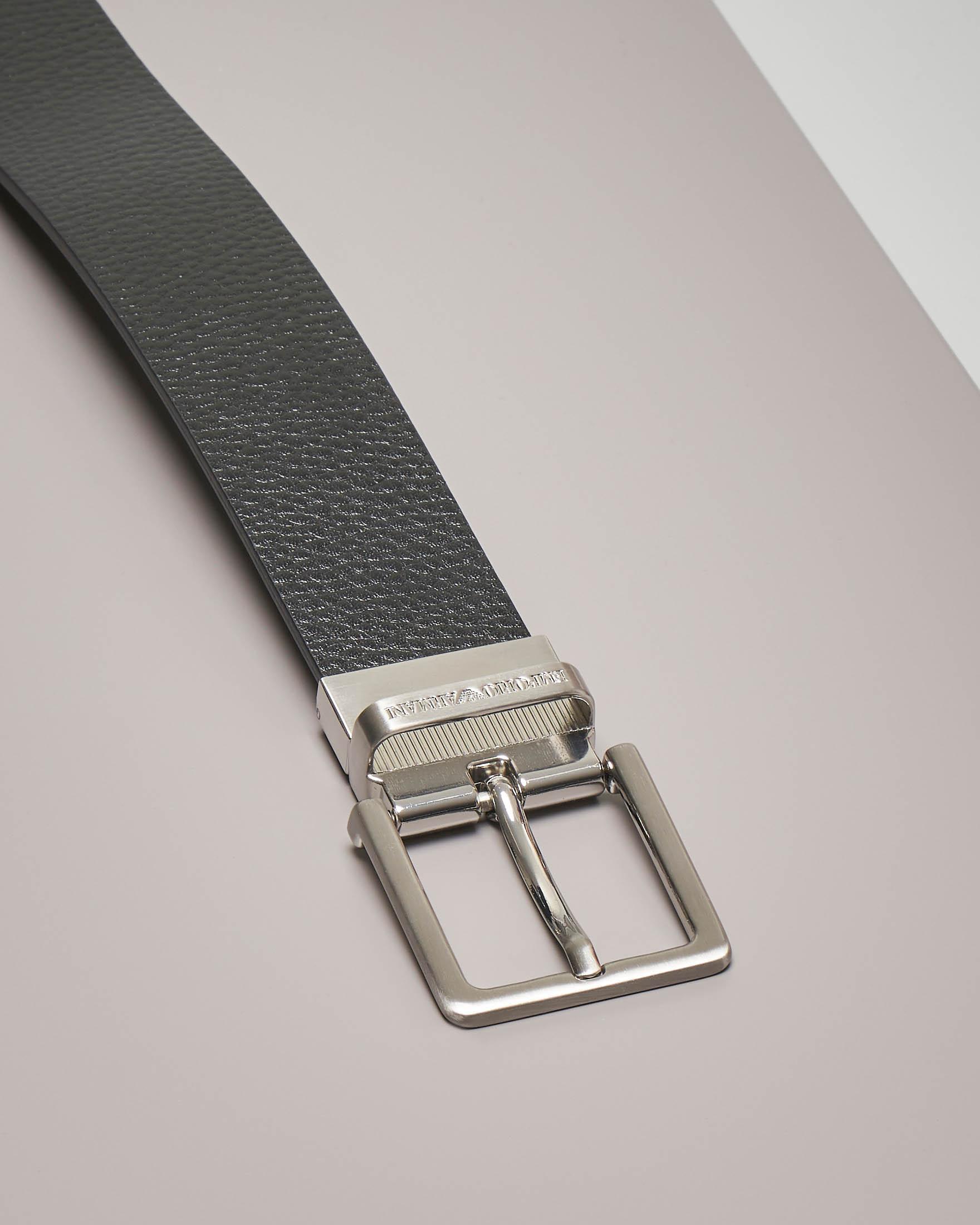 Cintura nera in pelle martellata reversibile in pelle liscia con doppia fibbia intercambiabile.