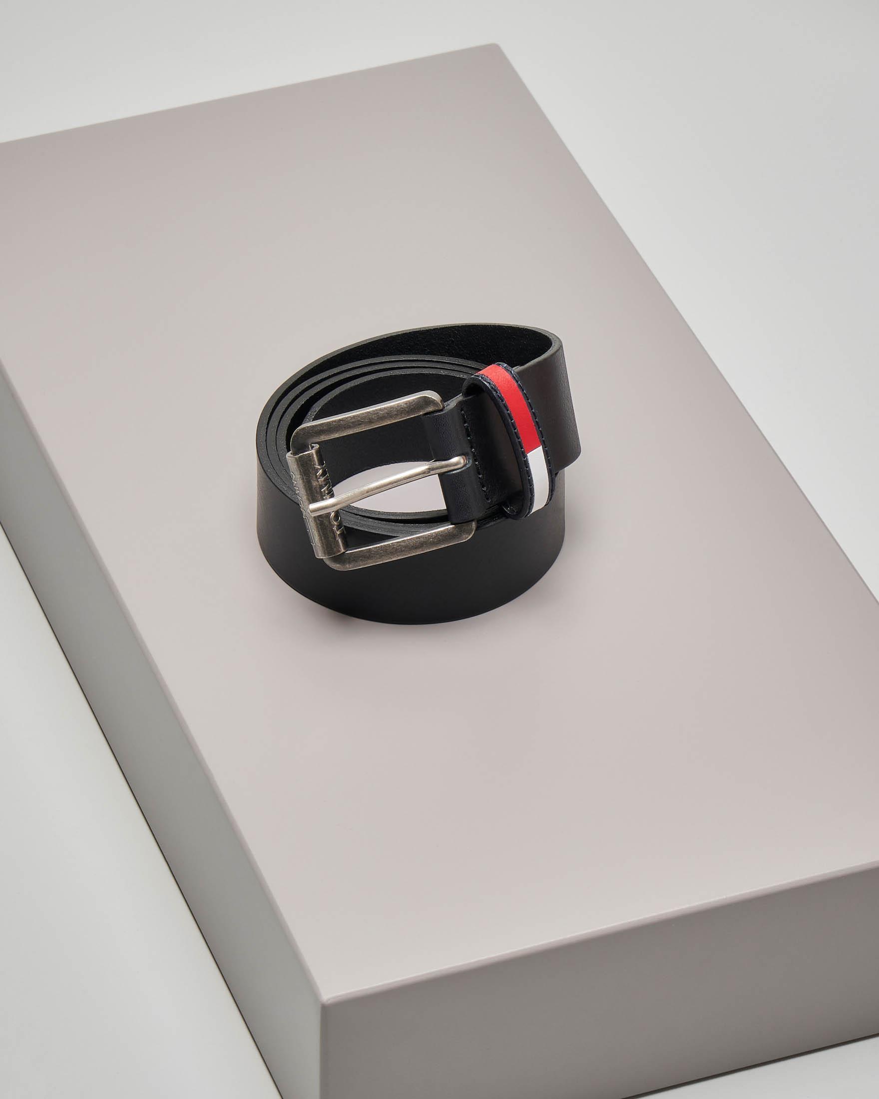 Cintura nera in pelle liscia con fibbia brunita