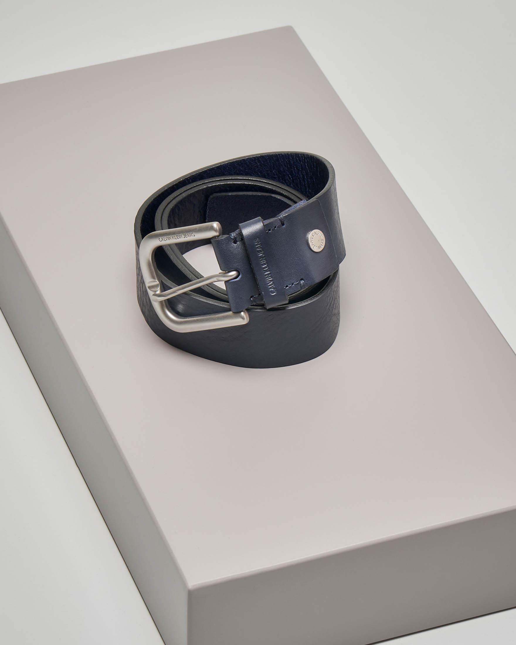 Cintura blu in pelle con fibbia in metallo opaco e passante logato
