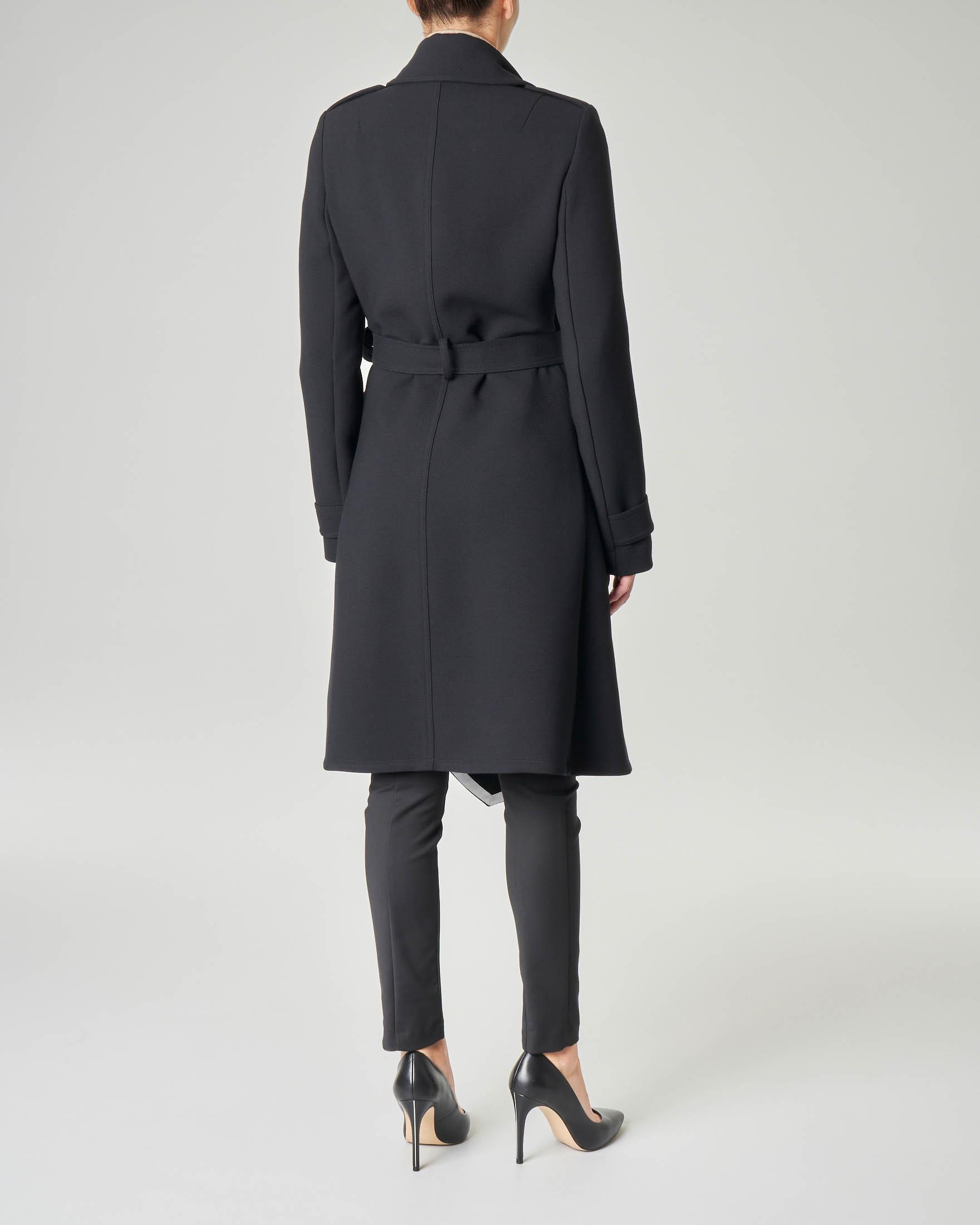 Cappotto in panno nero sfoderato con cintura in vita e fondo asimmetrico