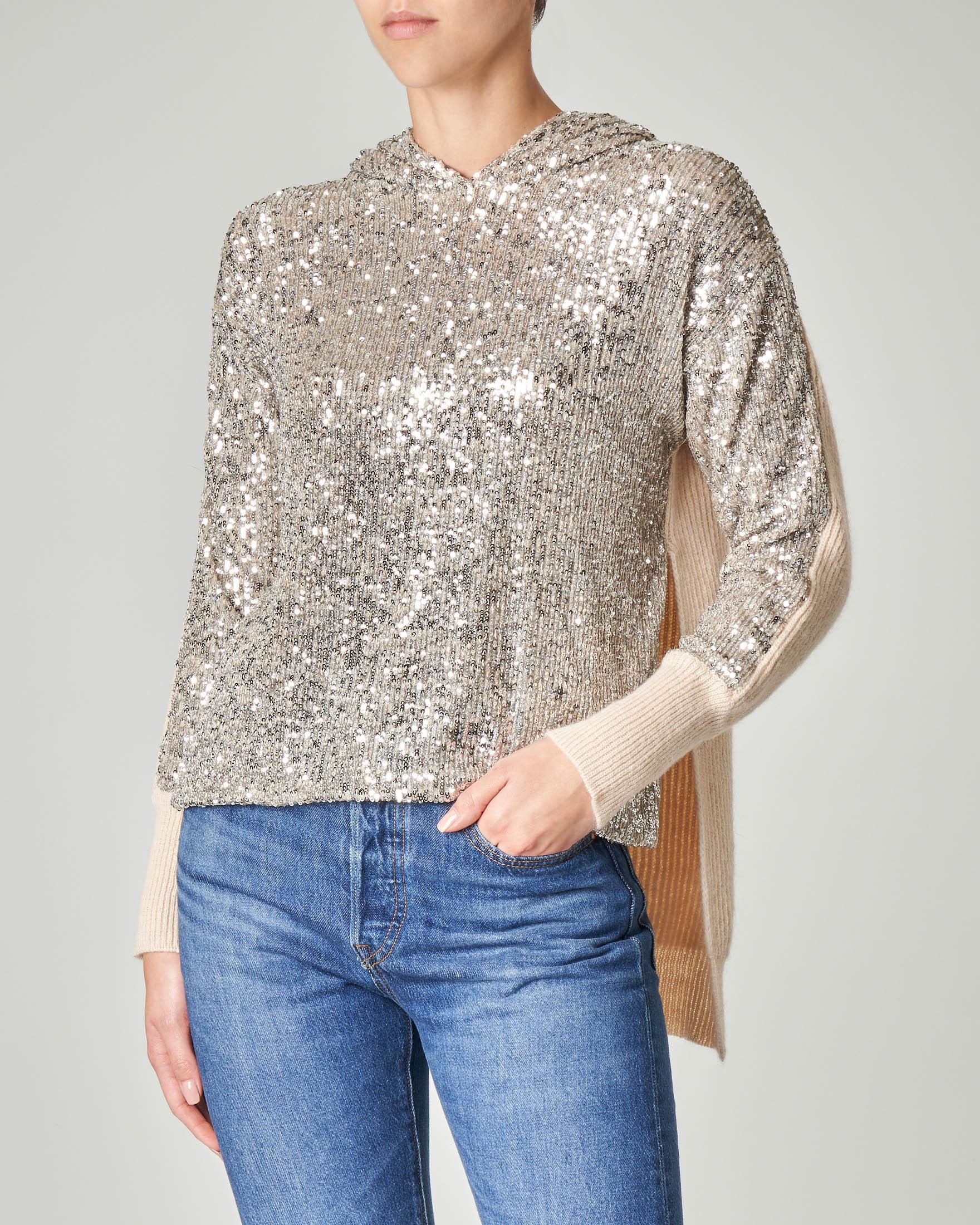 Maxi maglia in tricot beige con cappuccio e pailletes argento sul davanti