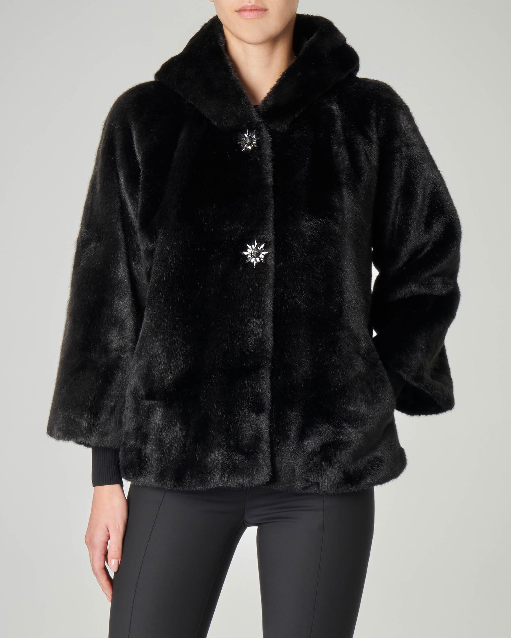 Eco pelliccia nera corta con cappuccio e bottoni gioiello