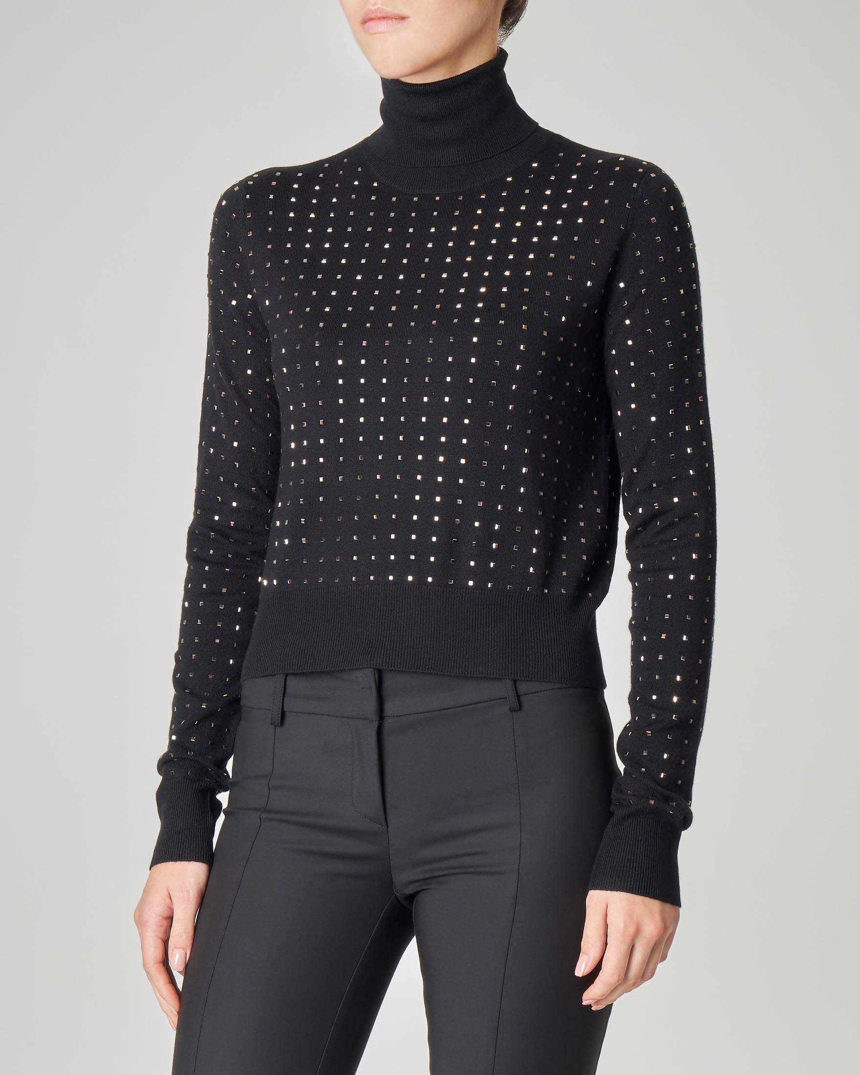 Dolcevita cropped nero in misto viscosa con borchie applicate all over