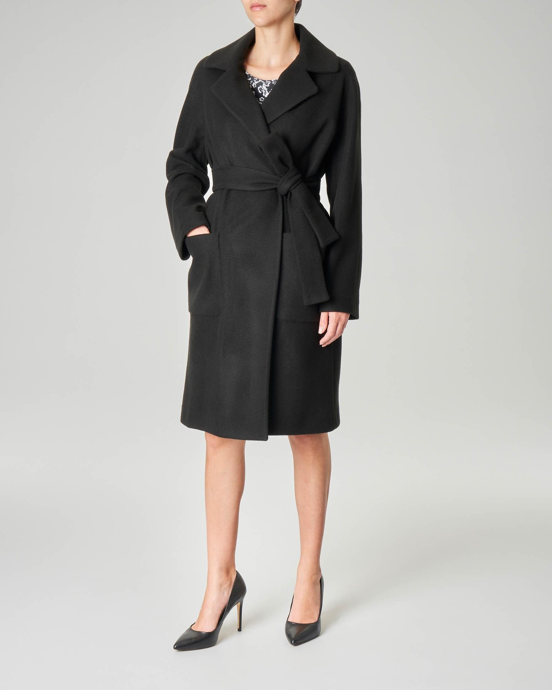 Cappotto nero in panno di misto lana con cintura in vita