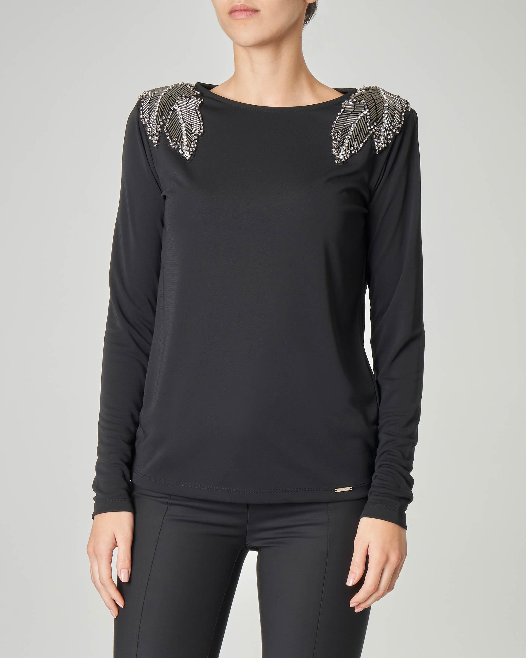 Blusa nera a maniche lunghe con applicazioni gioiello sulle spalle