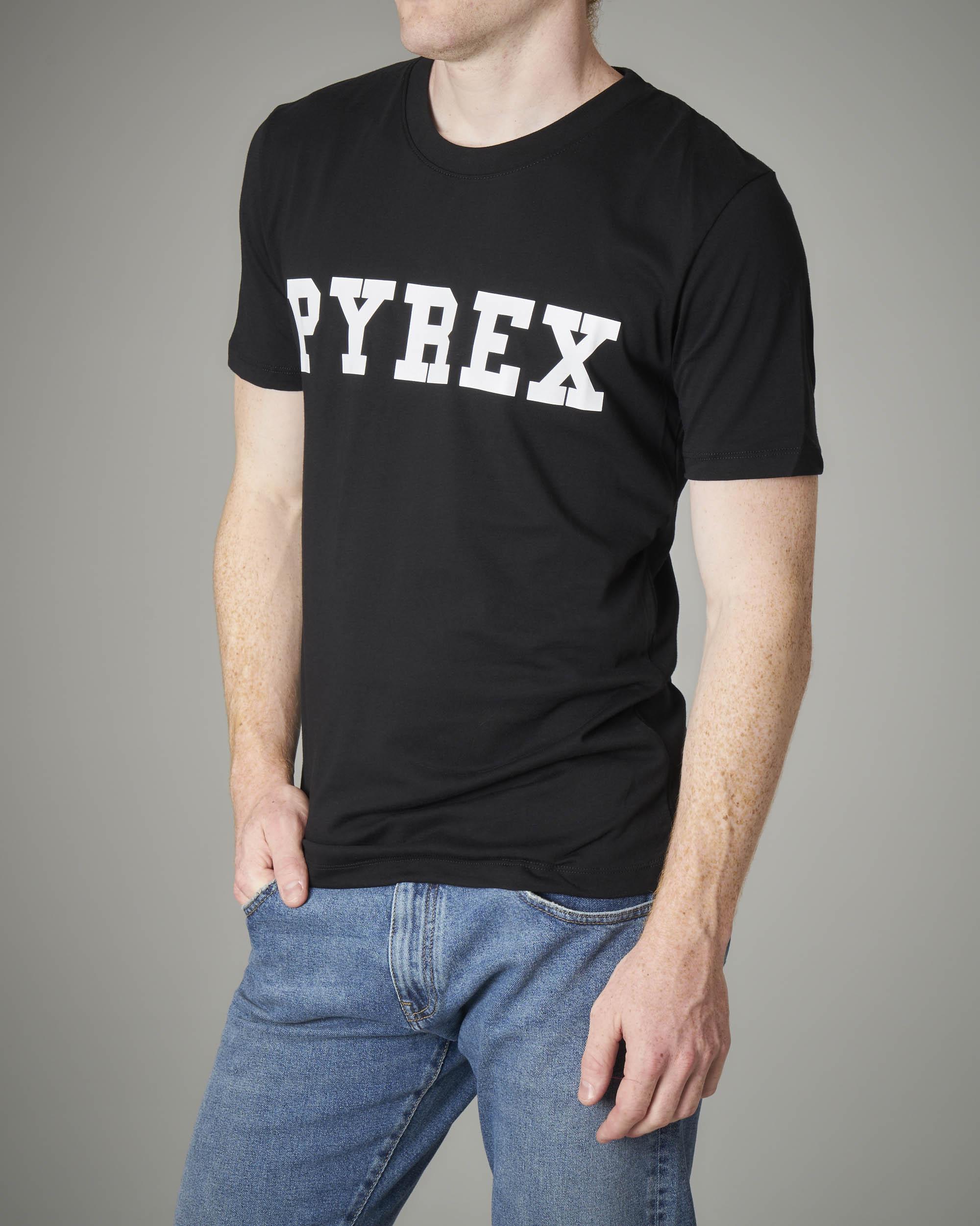 T-shirt nera con logo Pyrex bianco