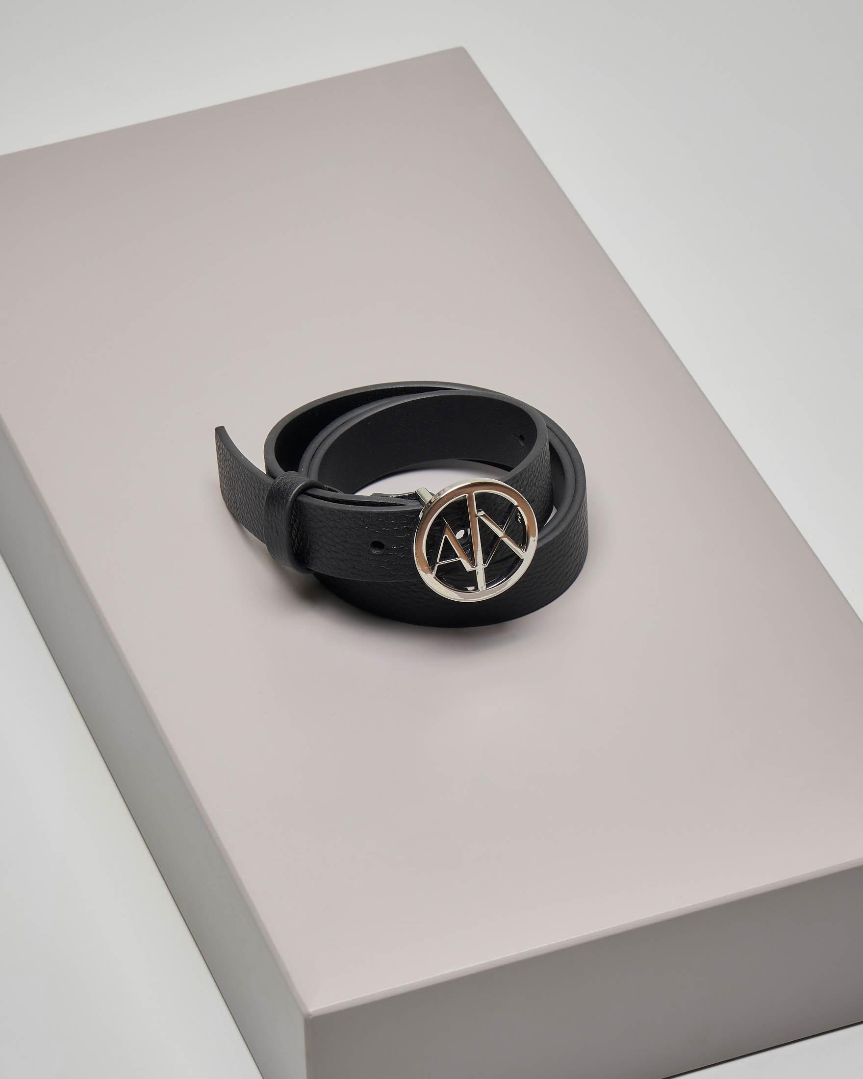 Cintura nera in pelle effetto martellato con fibbia tonda in metallo con logo