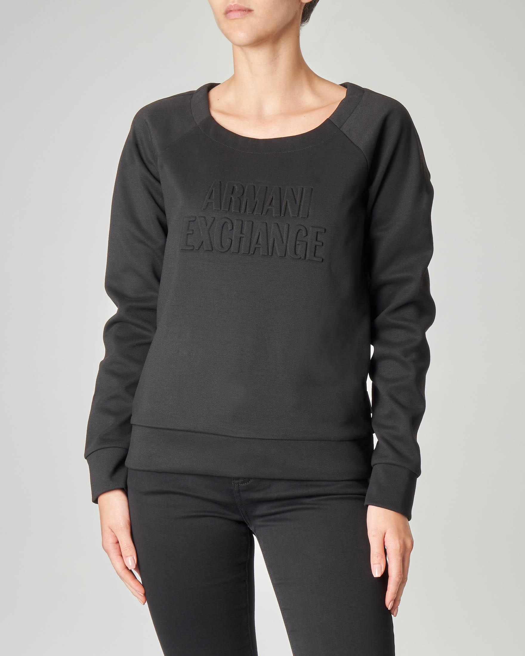 Felpa nera con scollo ampio tondo e scritta logo in bassorilievo tono su tono