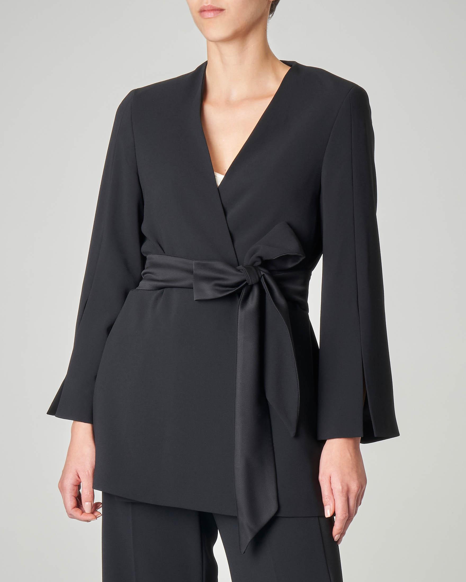 Giacca nera a kimono con cintura e spacchi laterali