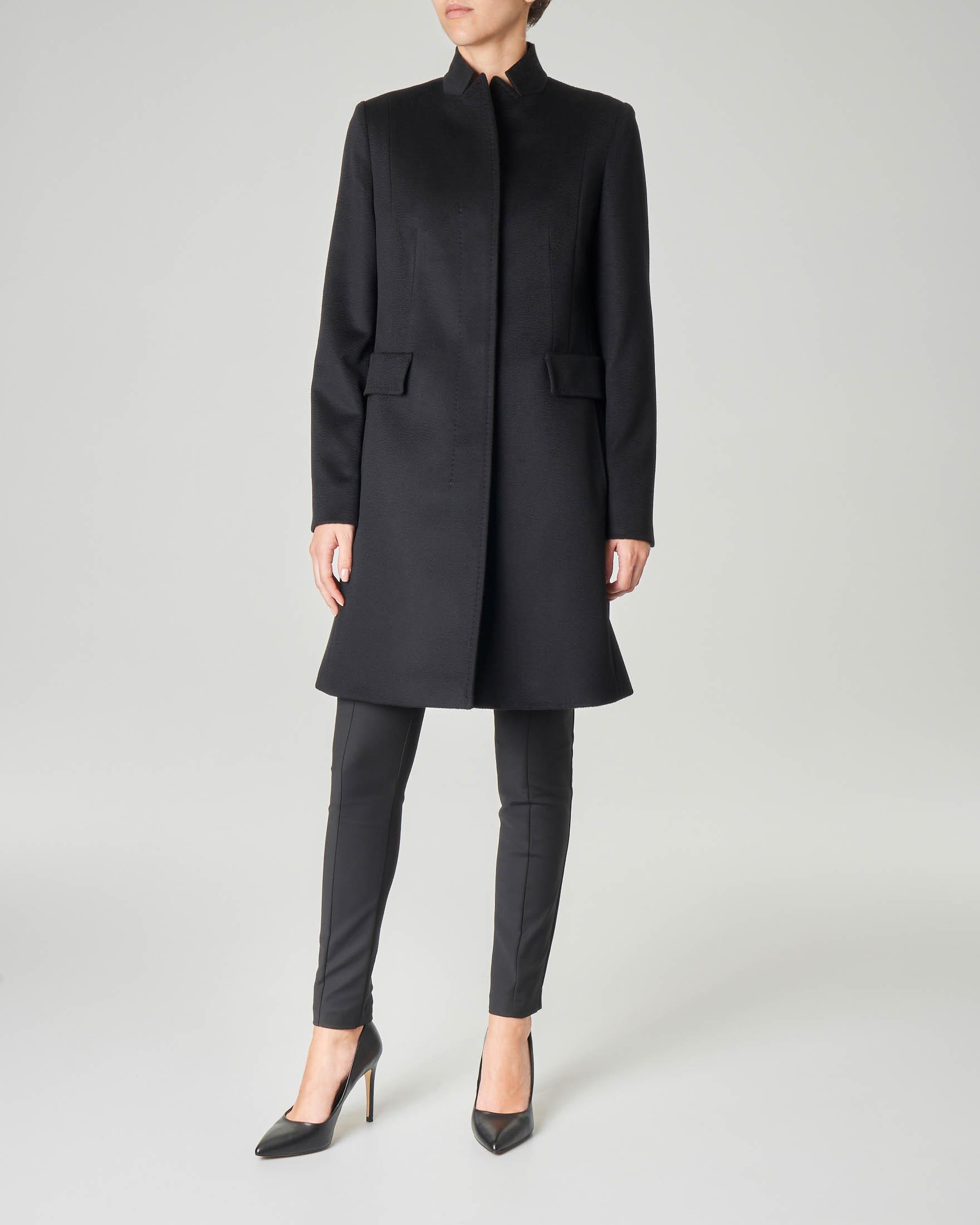 Cappotto nero in pura lana taglio dritto con collo in piedi