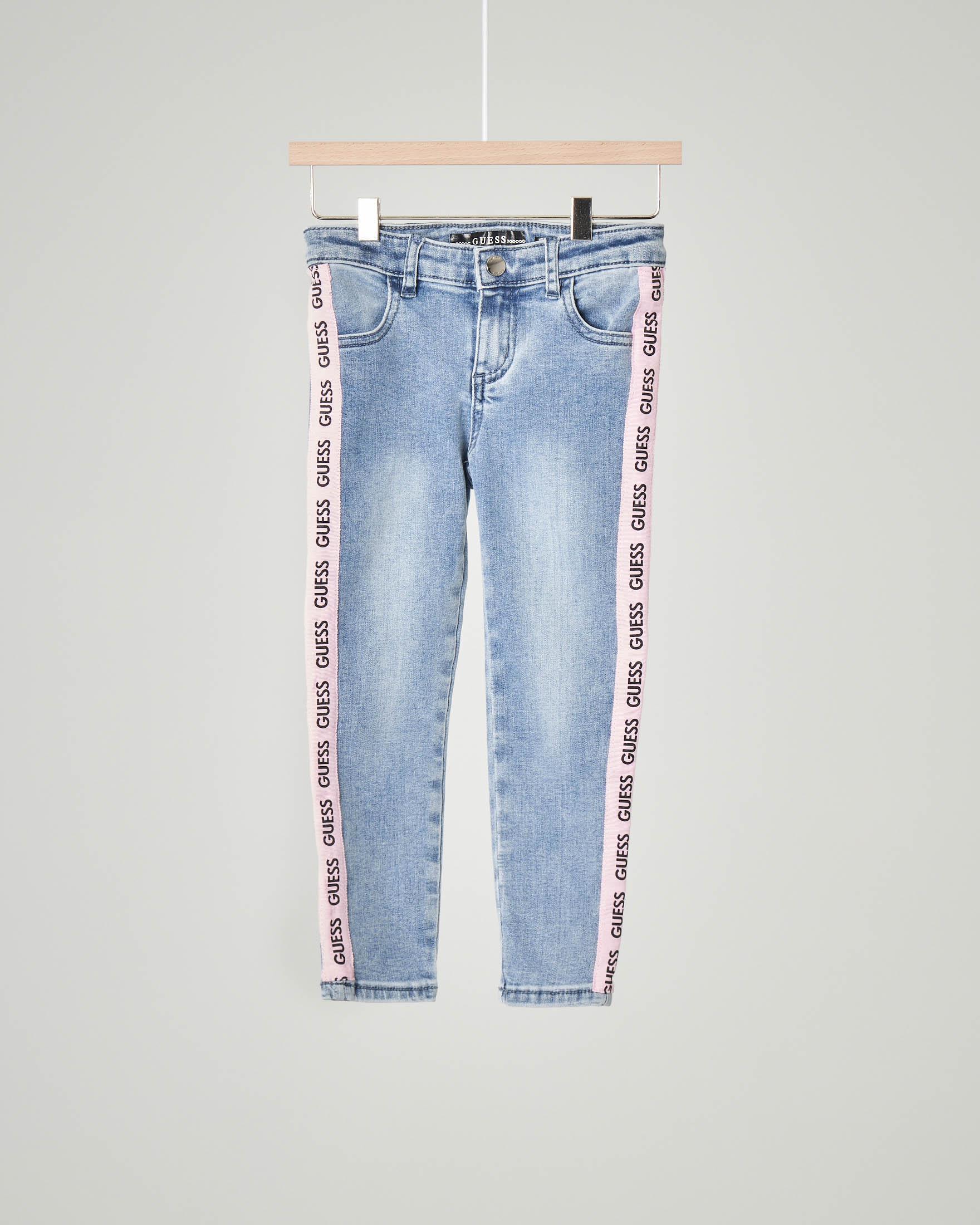 Jeans lavaggio chiaro con bande rosa e logo ripetuto 2-7 anni