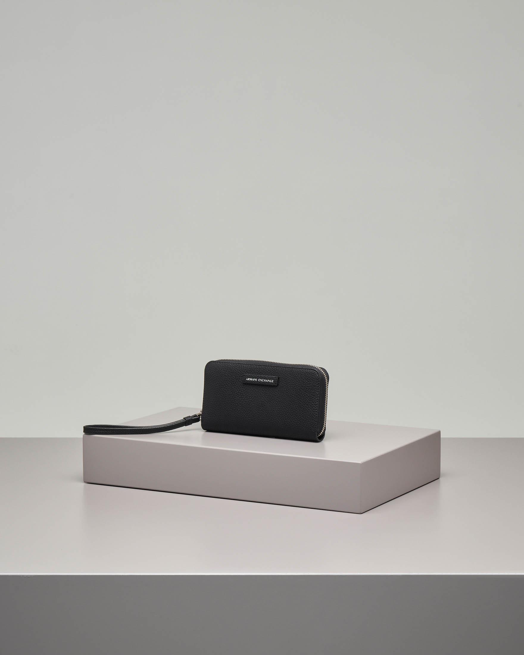 Portafoglio nero in ecopelle effetto ciottolato con chiusura a cerniera con gancio