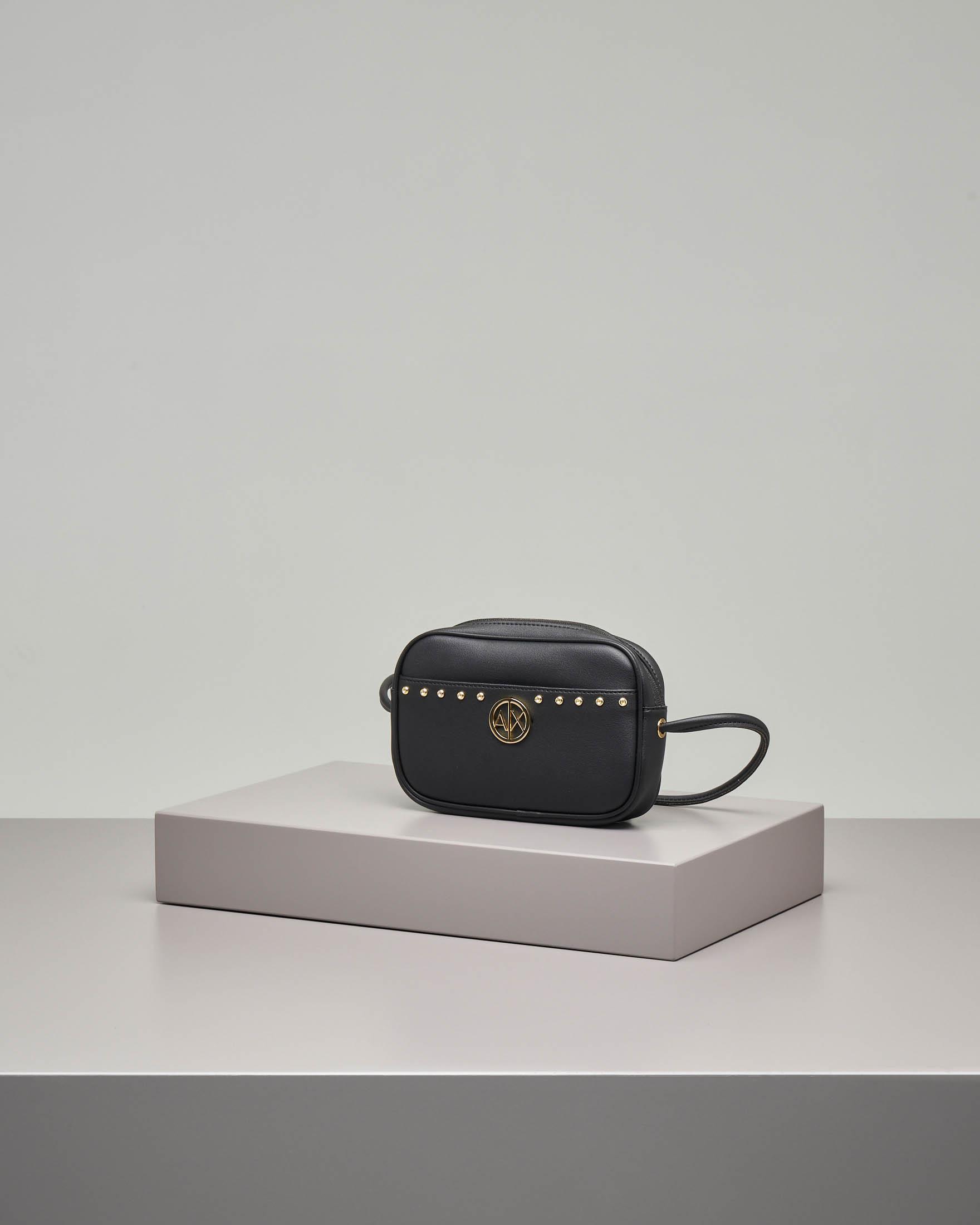 Cross bag nera in ecopelle effetto liscio con borchie e logo in metallo