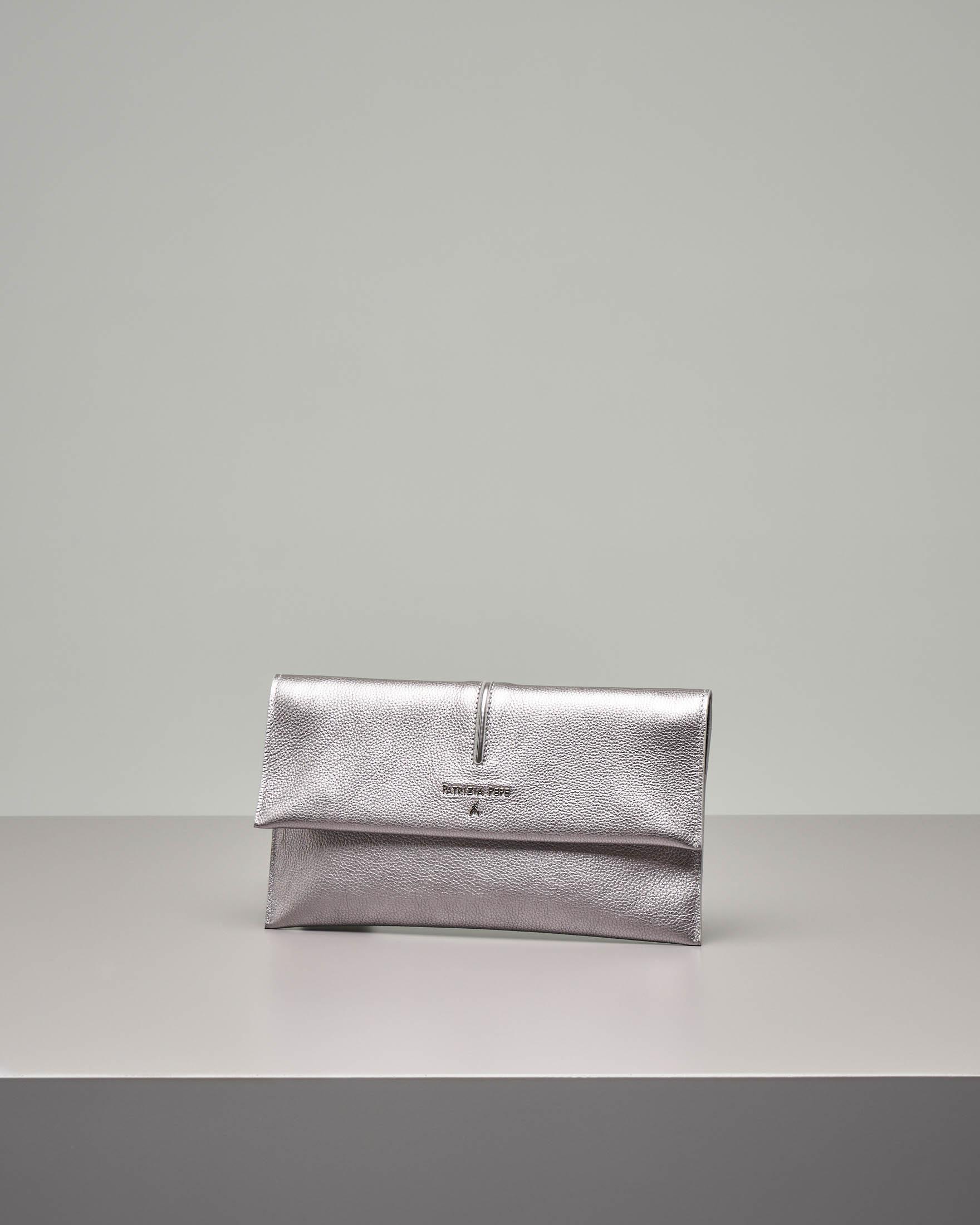 Pochette in pelle color argento effetto martellato con patella e tracolla removibile