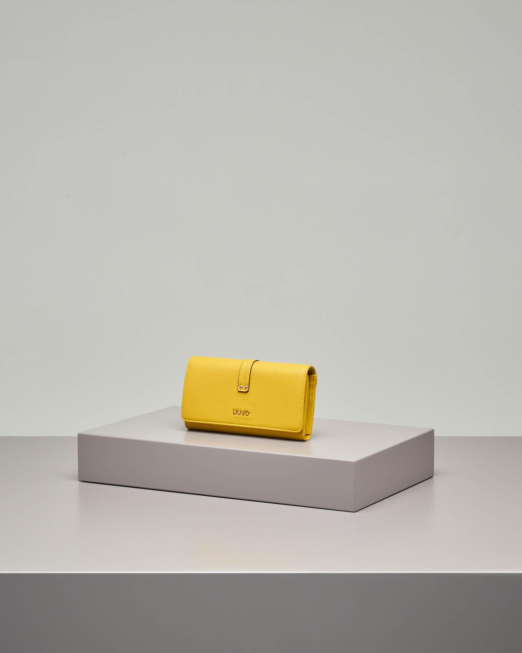 Portafoglio giallo in ecopelle effetto saffiano con patta