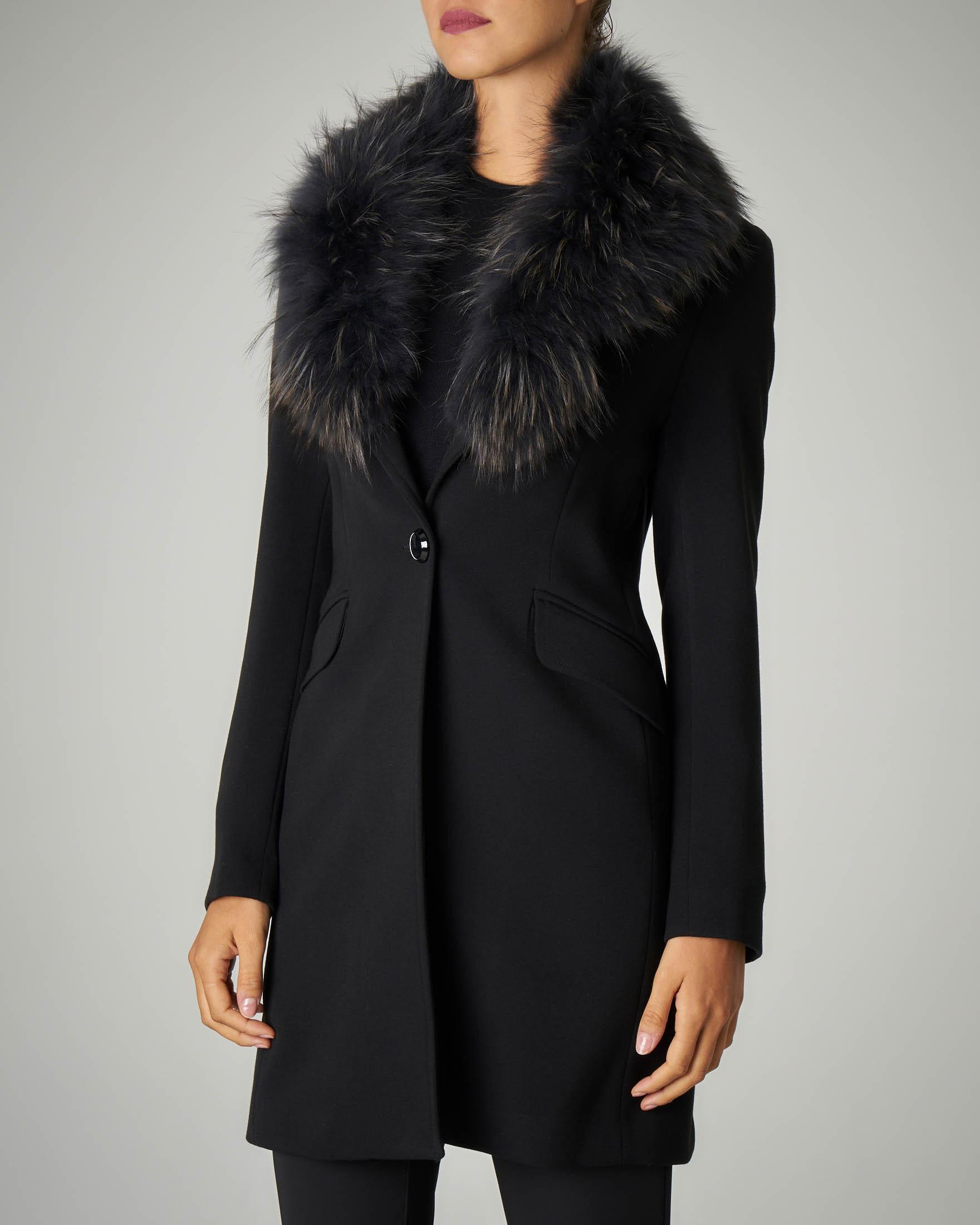 Cappotto nero con rever staccabile in pelliccia tono su tono