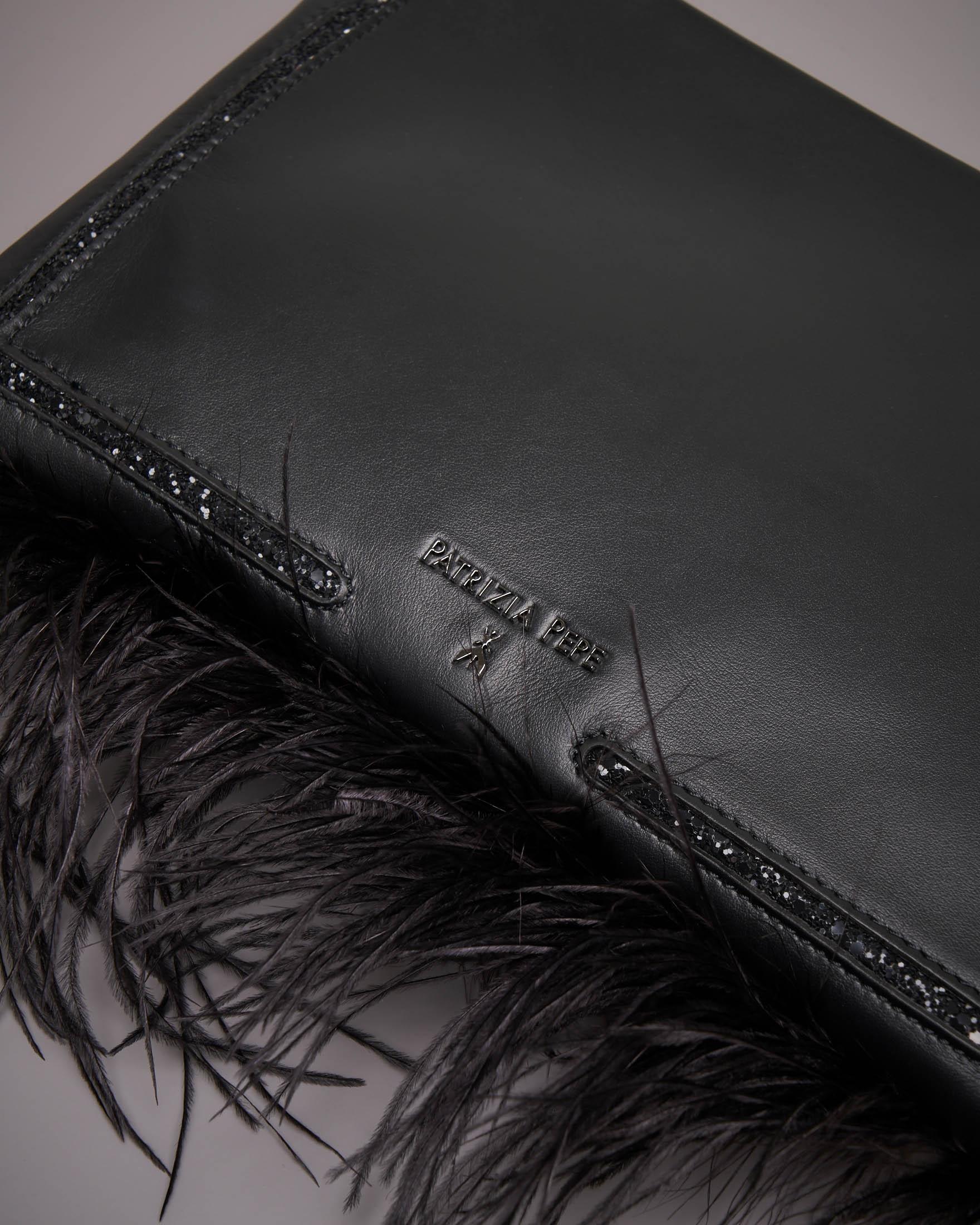 Pochette nera con piume e strass