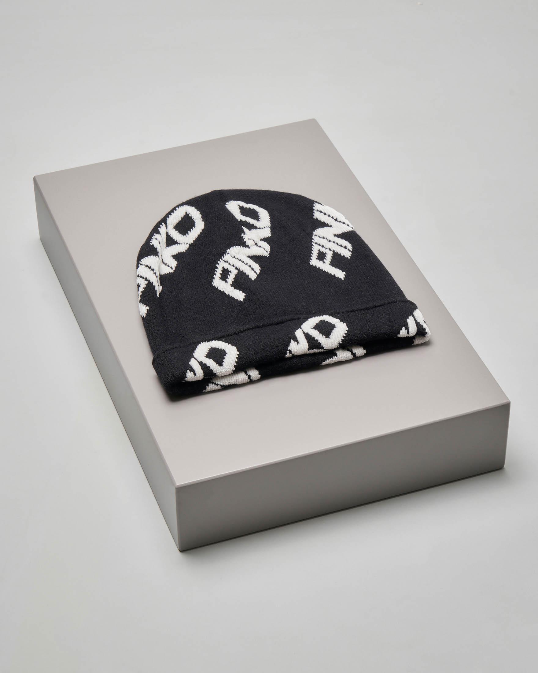 Berretto nero con logo Pinko jacquard bianco all over