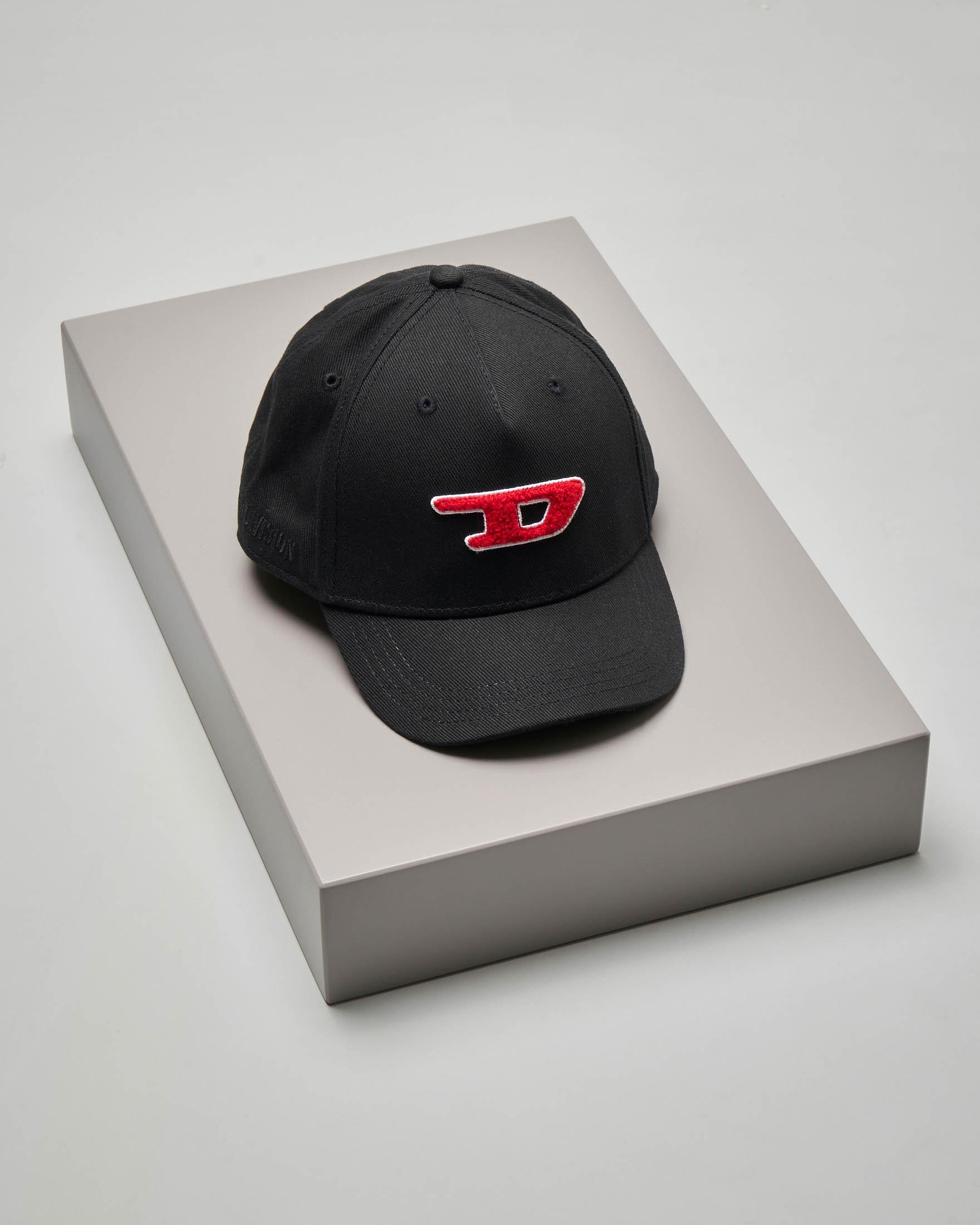 Berretto nero con frontino e patch D rosso in spugna