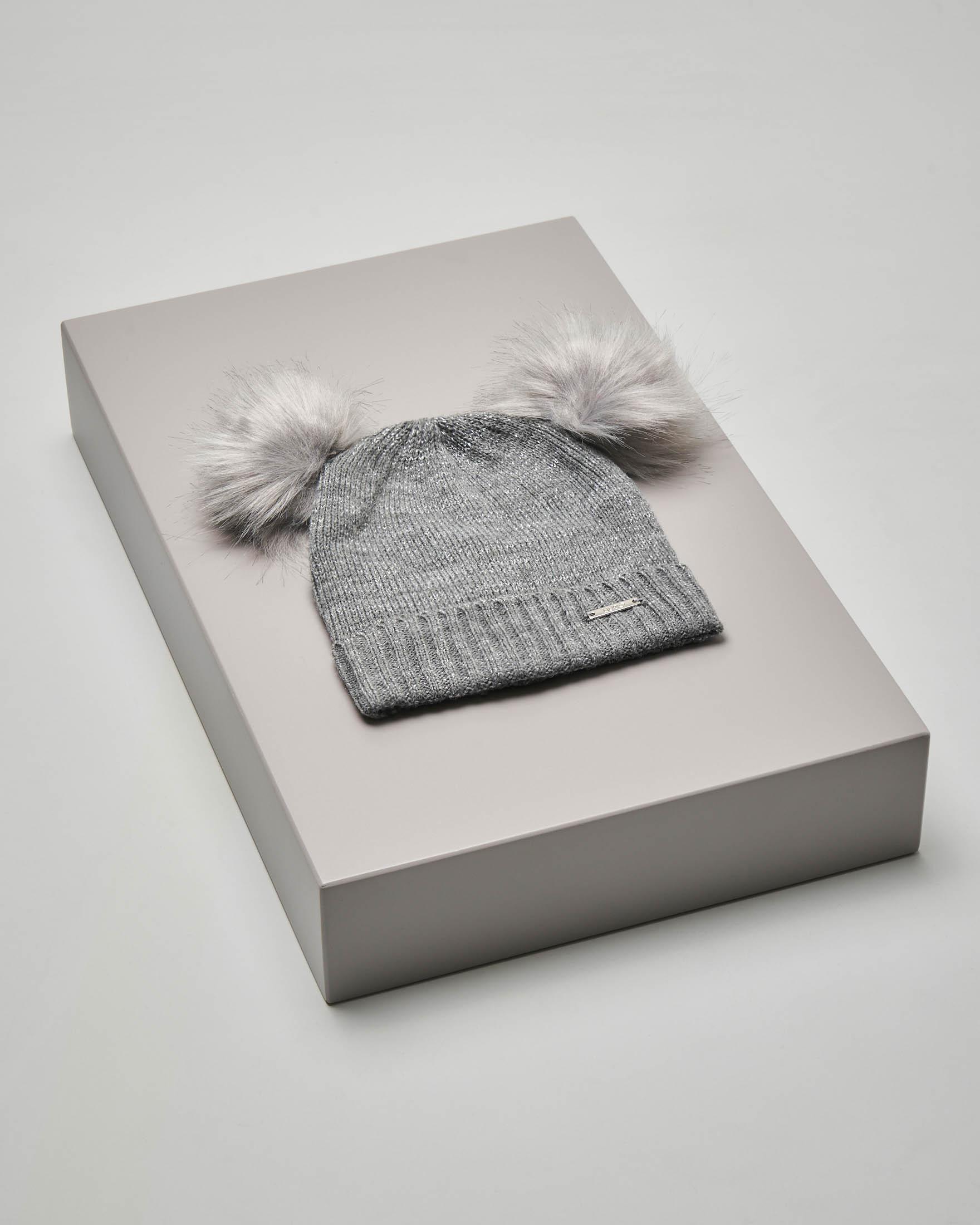 Berretto grigio effetto lurex con pompon