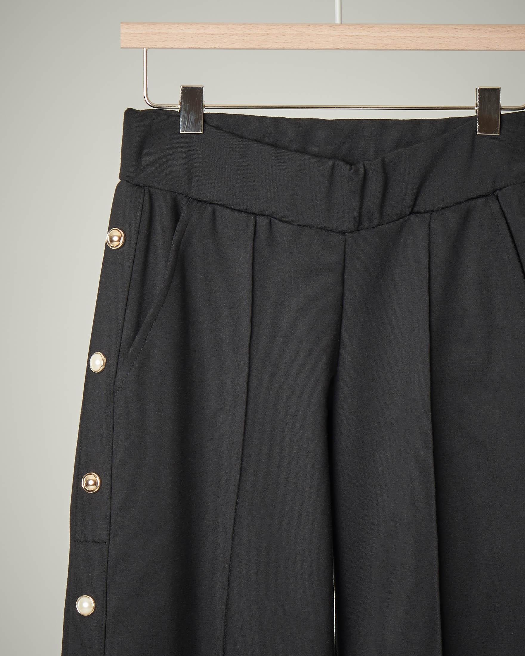 Pantalone nero palazzo con bottoni sui fianchi 44-46