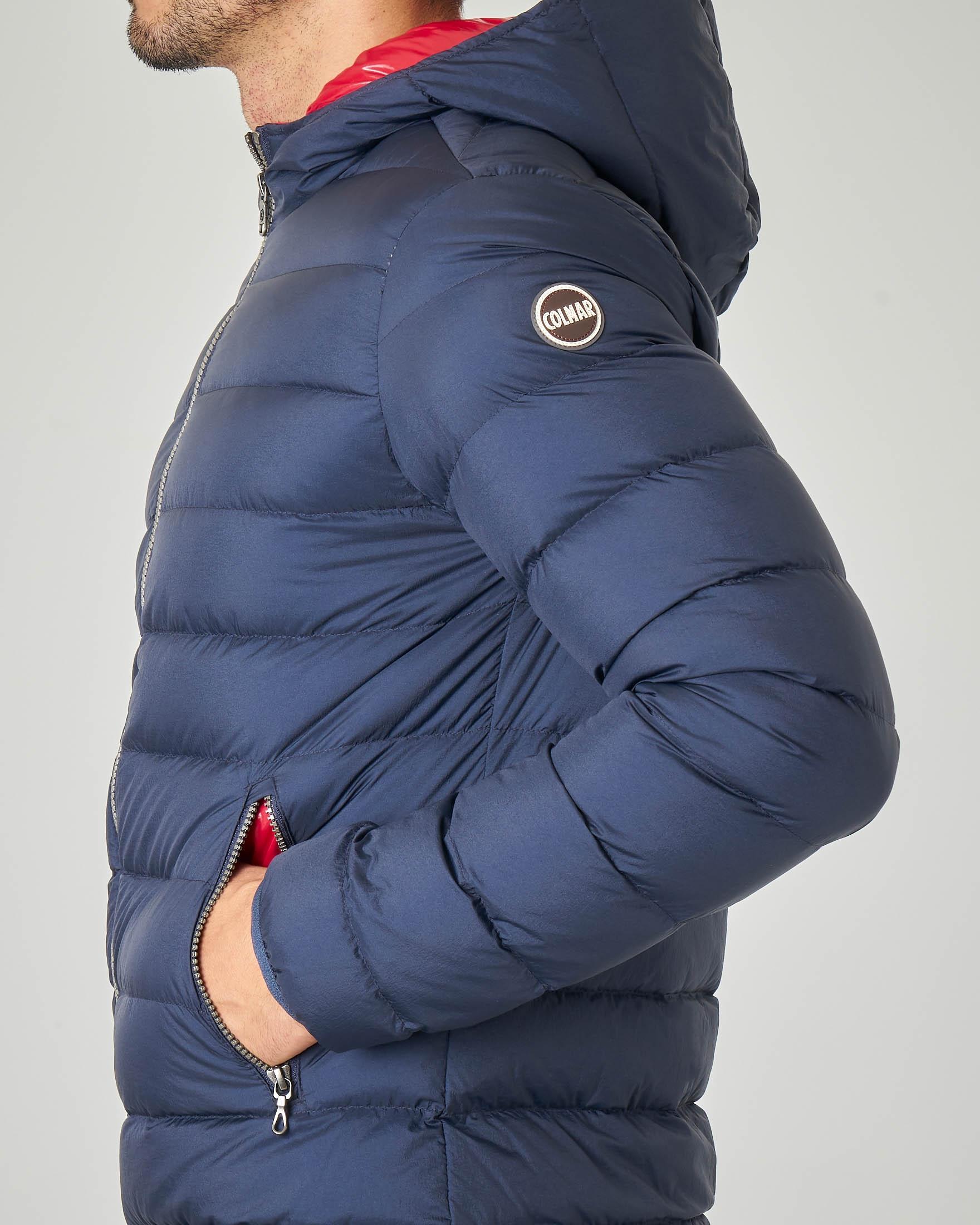 Piumino blu con cappuccio fisso e interno lucido