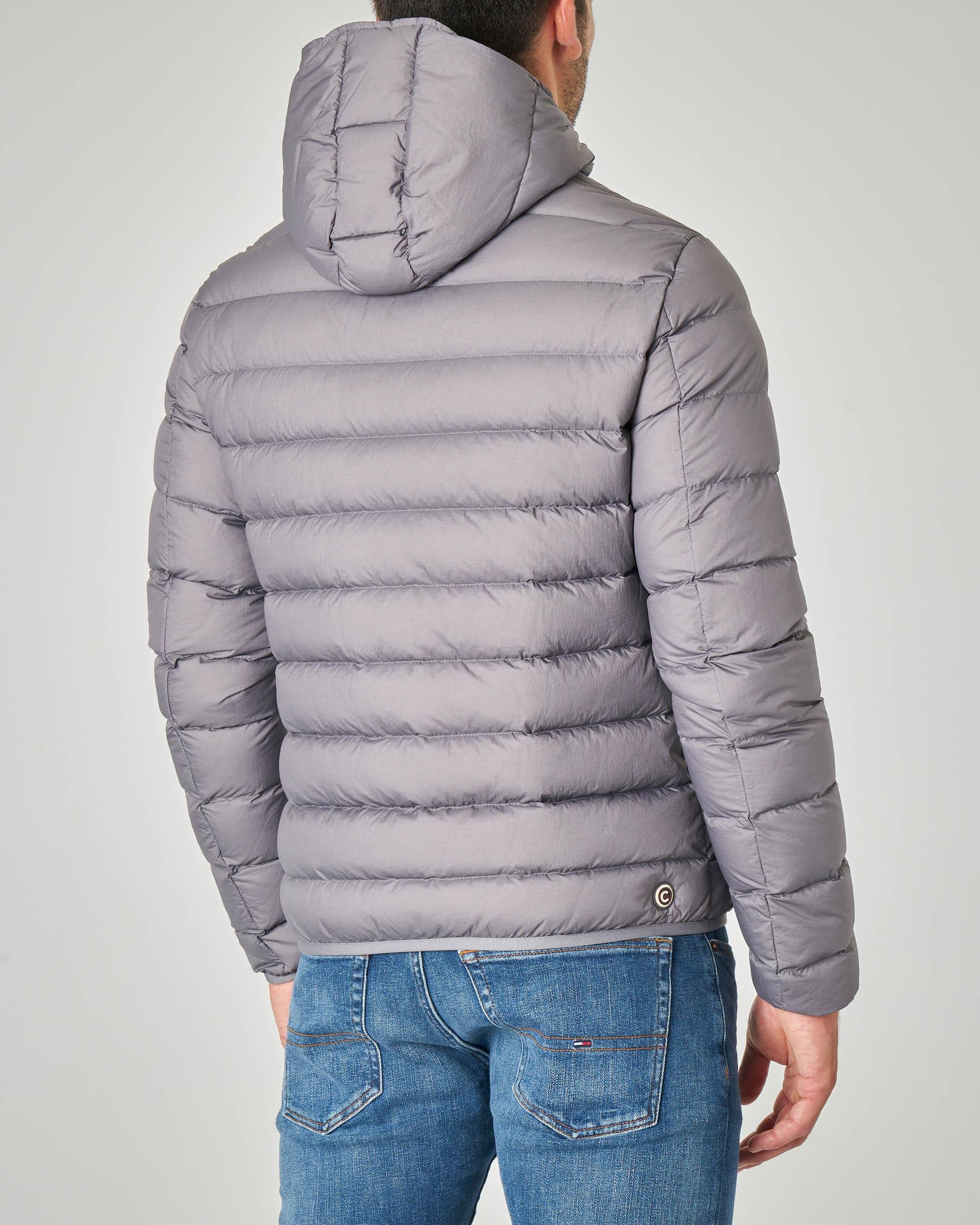 Piumino grigio con cappuccio fisso e interno lucido