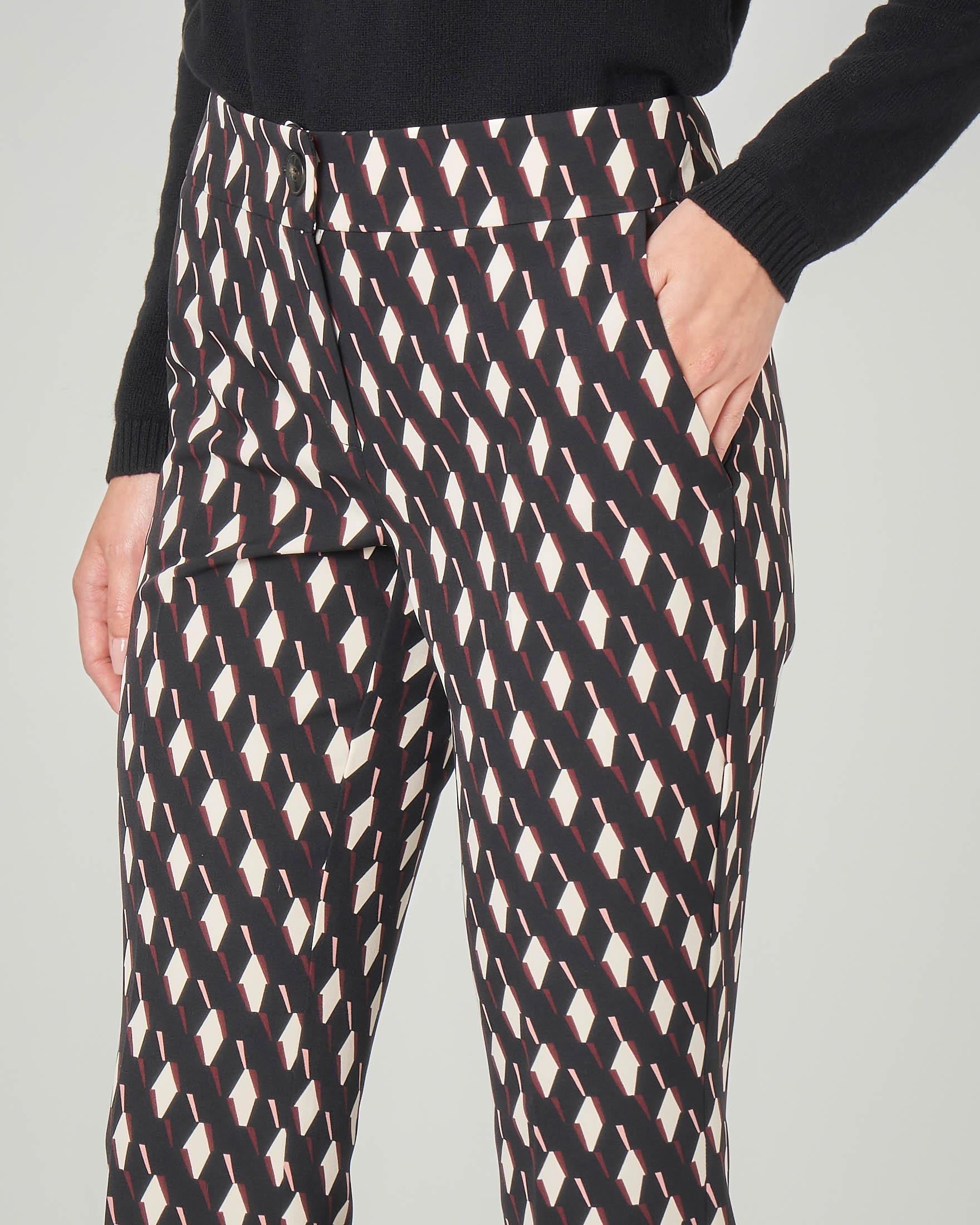 Pantaloni cropped in tessuto elasticizzato a fantasia geometrica bianca e rosa
