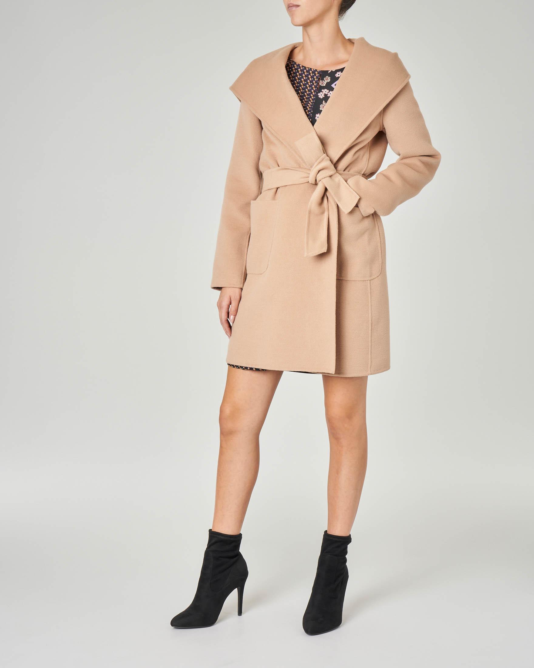 Cappotto corto in panno color cammello con collo sciallato e cappuccio