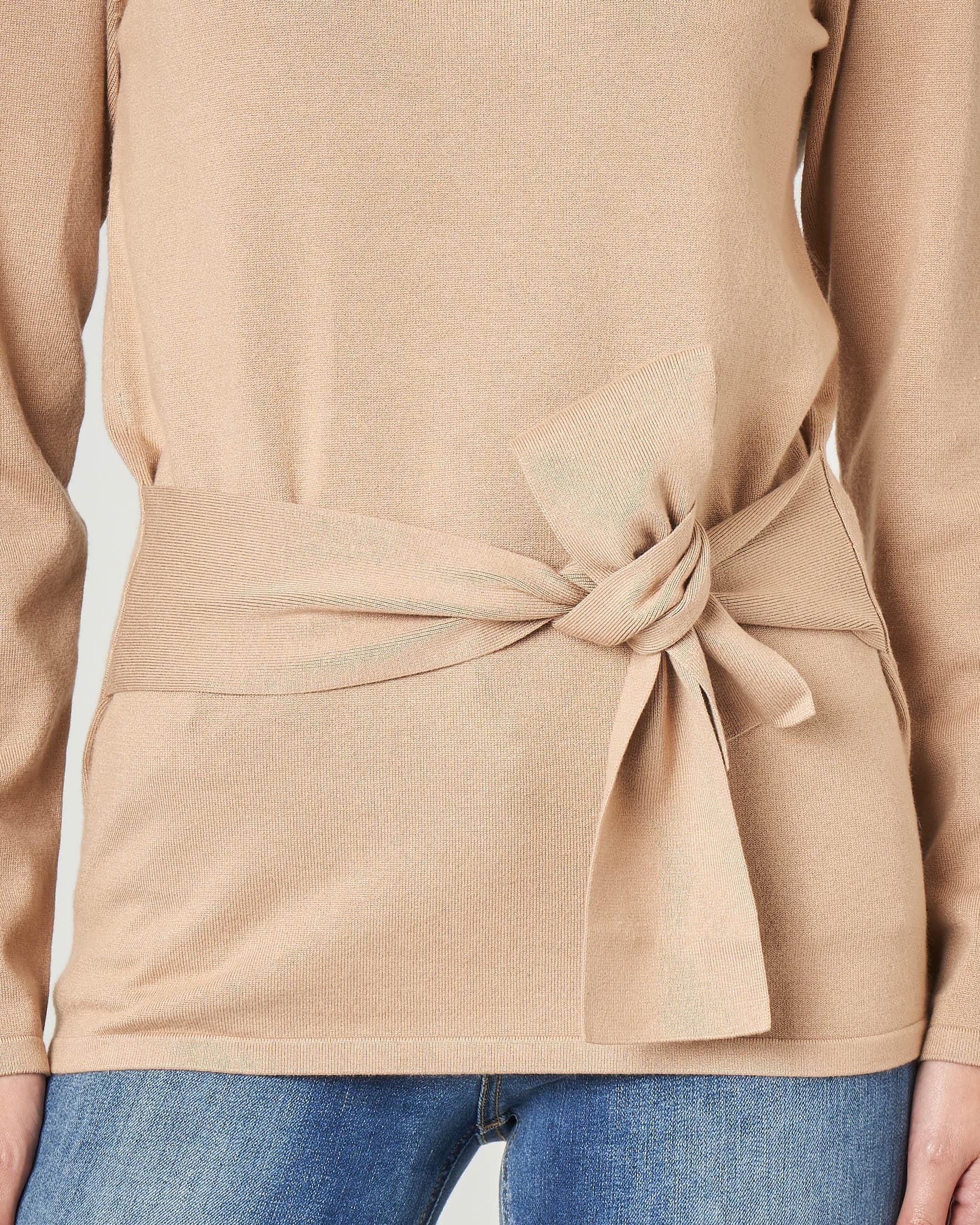 Maglia color cammello in viscosa con cintura in vita abbinata