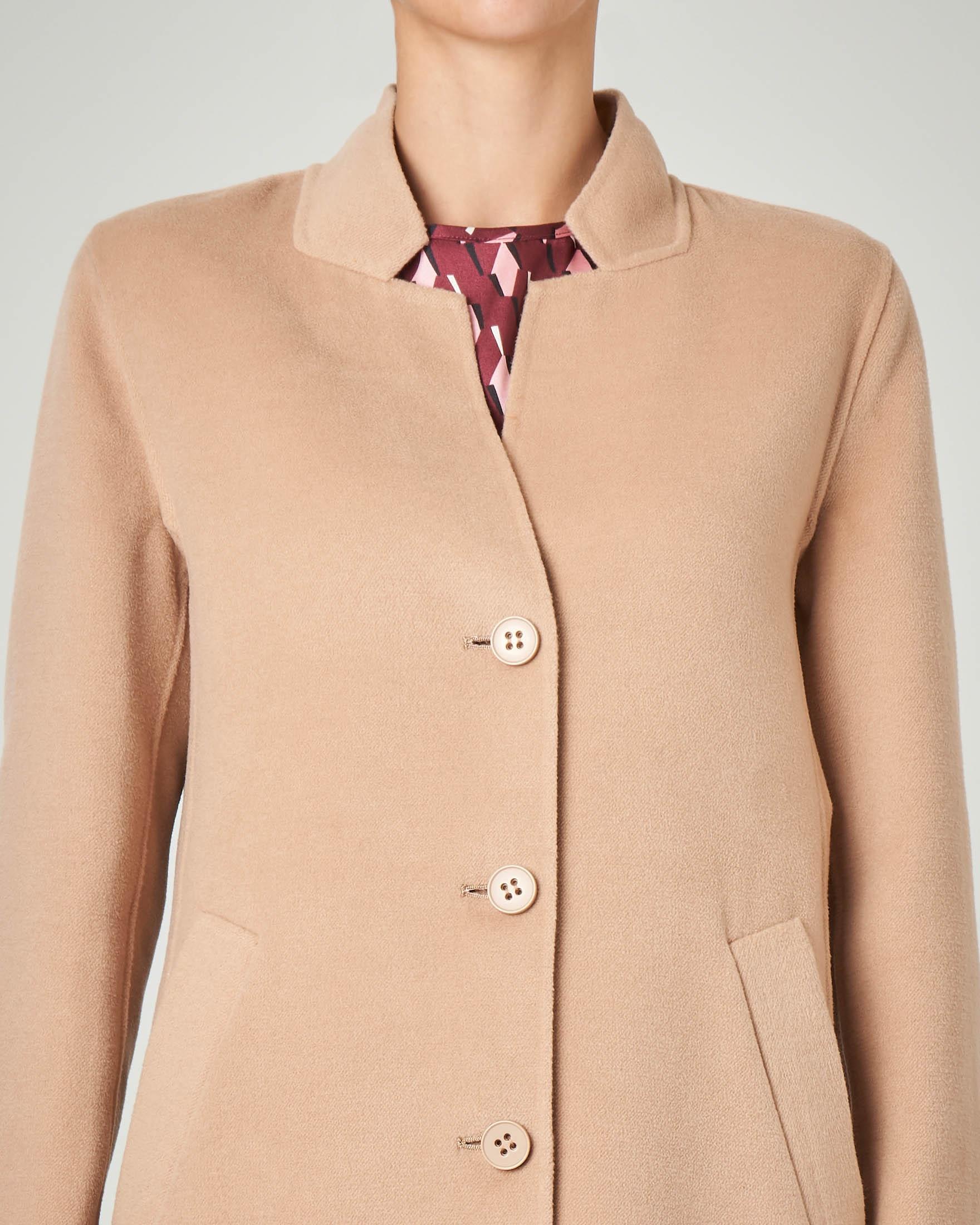 Cappotto corto in panno color cammello con collo sciallato e