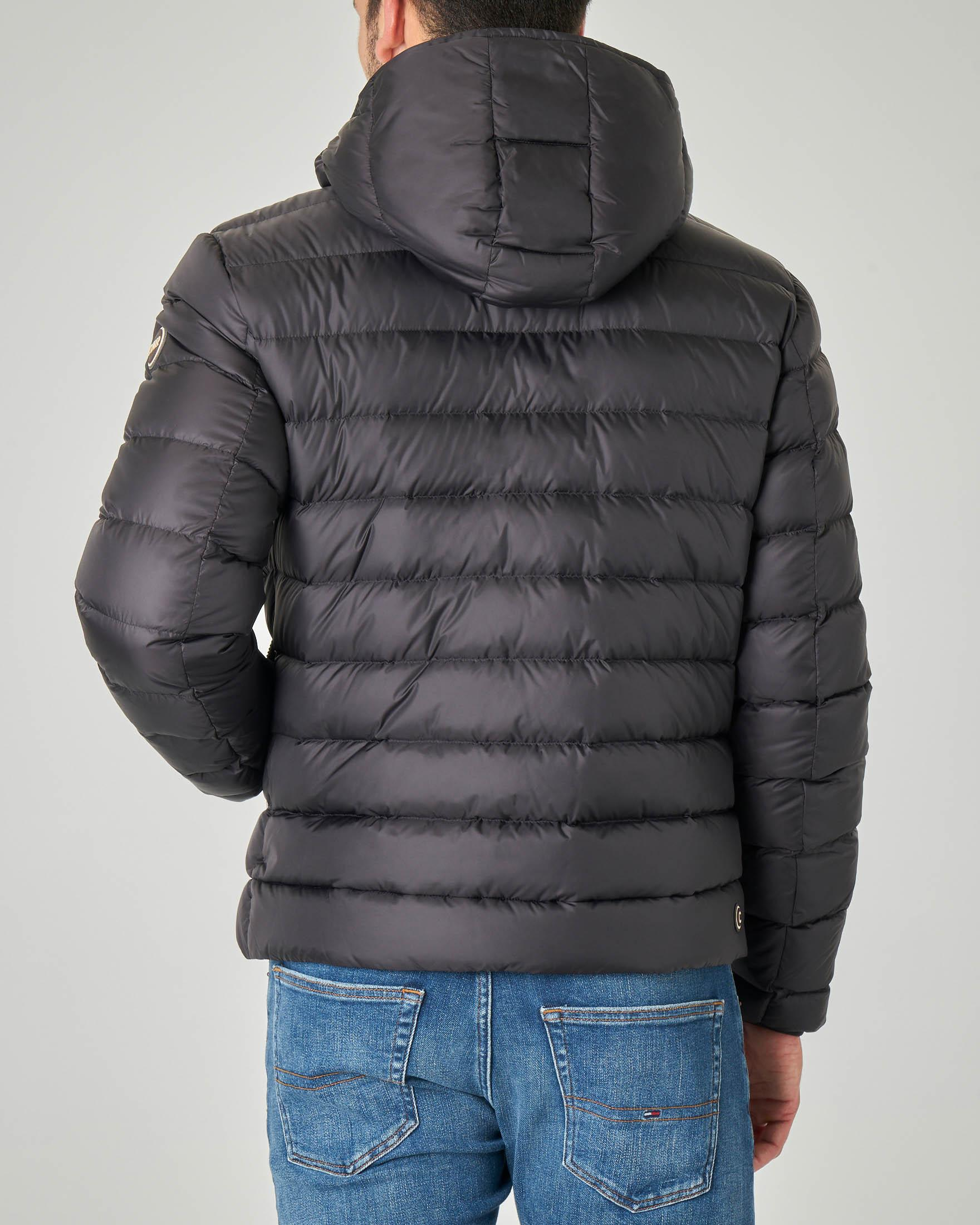 Piumino nero con cappuccio staccabile