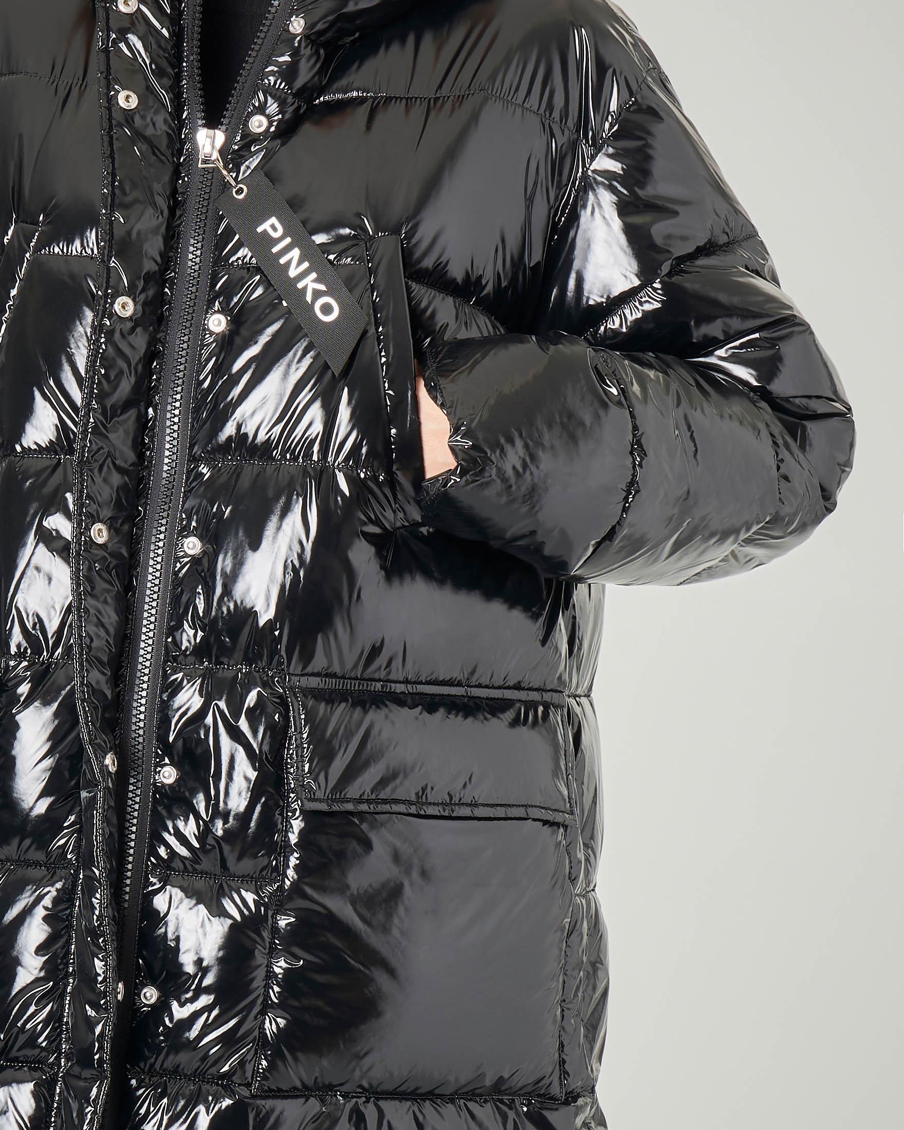 Piumino lungo oversize con cappuccio colore nero effetto lucido