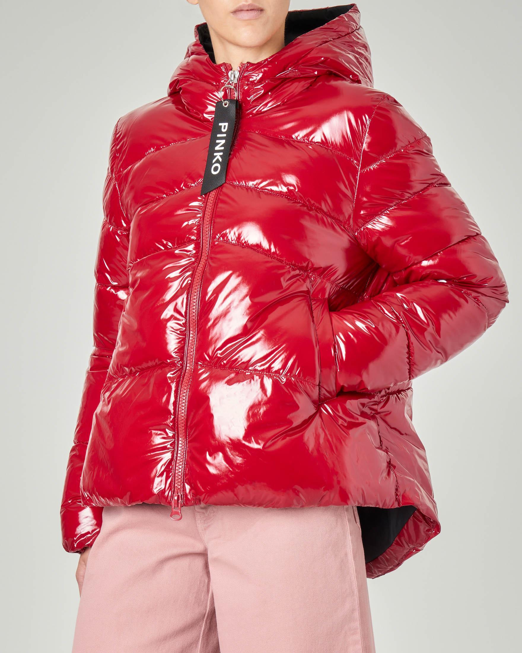 Piumino corto oversize con cappuccio colore rosso effetto lucido