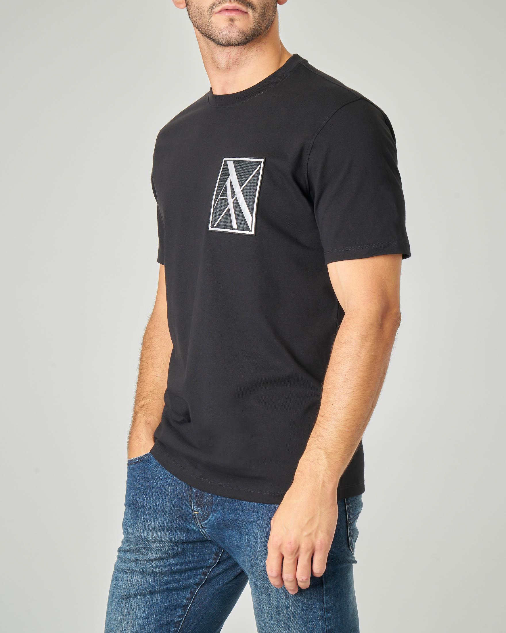 T-shirt mezza manica nera con logo patch sul petto e scritta sulla schiena