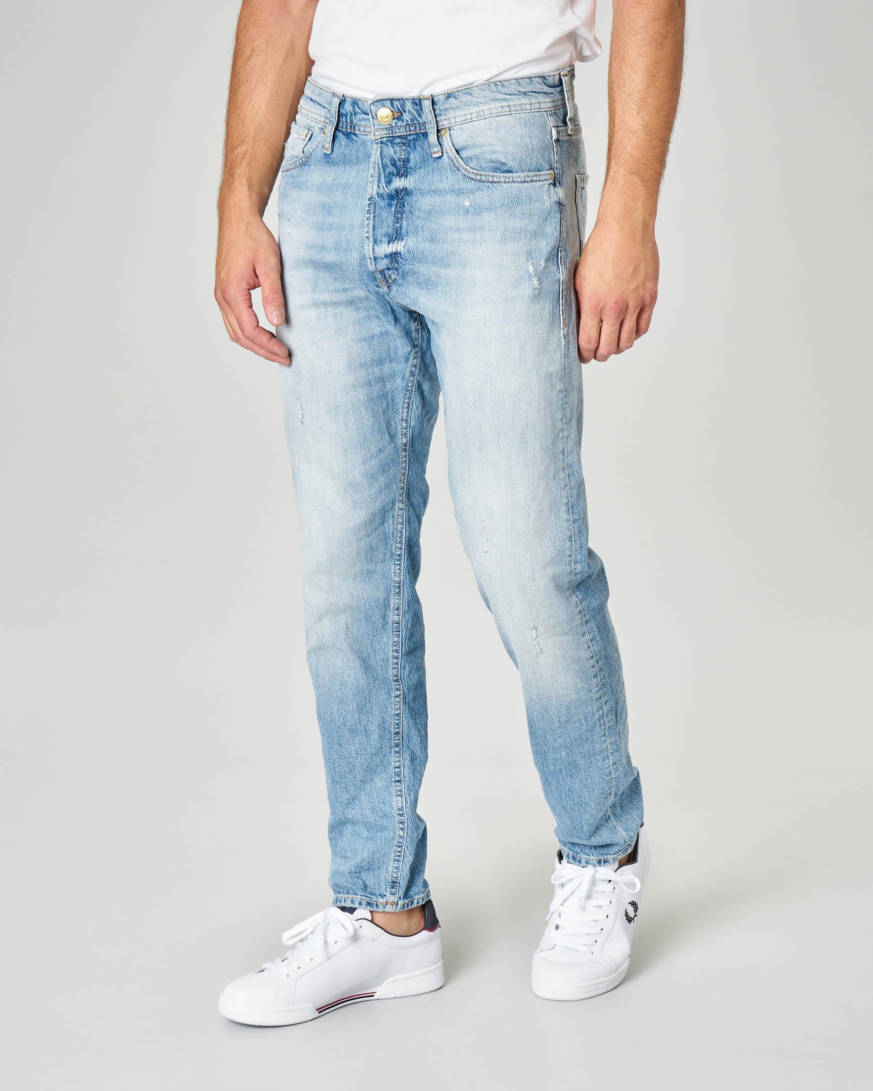 Jeans Fred lavaggio bleach con micro-abrasioni e vestibilità tapered