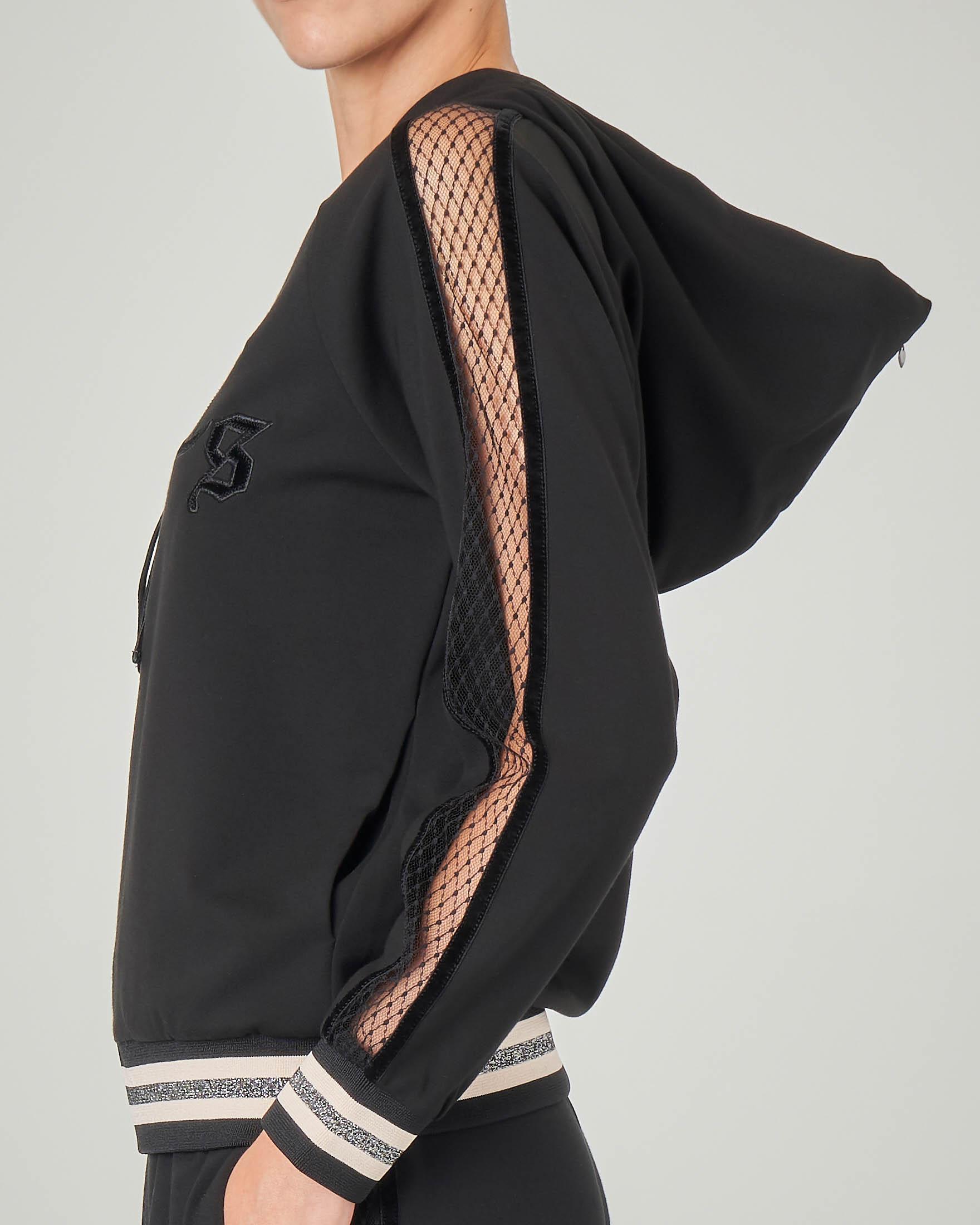 Felpa nera in misco viscosa con capuccio e profilo in rete sulle braccia