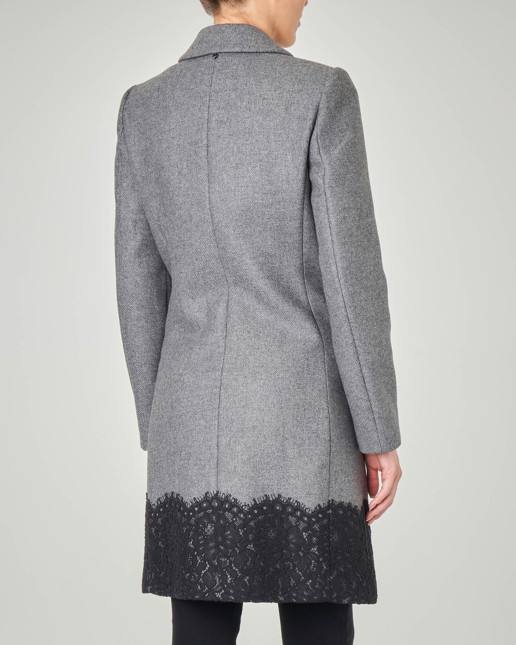 Cappotto in panno di misto lana grigio con applicazione pizzo macramè sul fondo e coccarda gioiello
