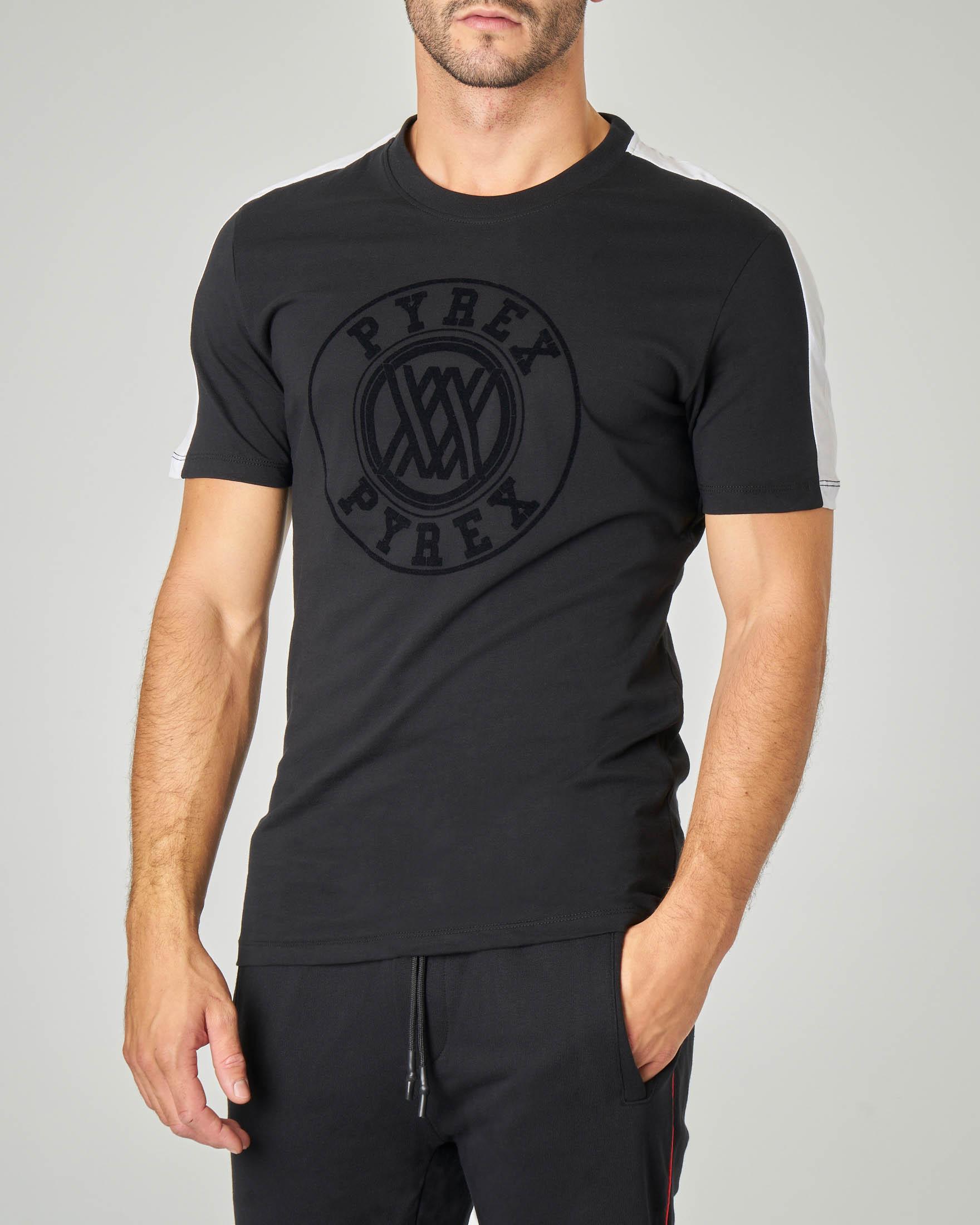 T-shirt nera con logo circolare in rilievo