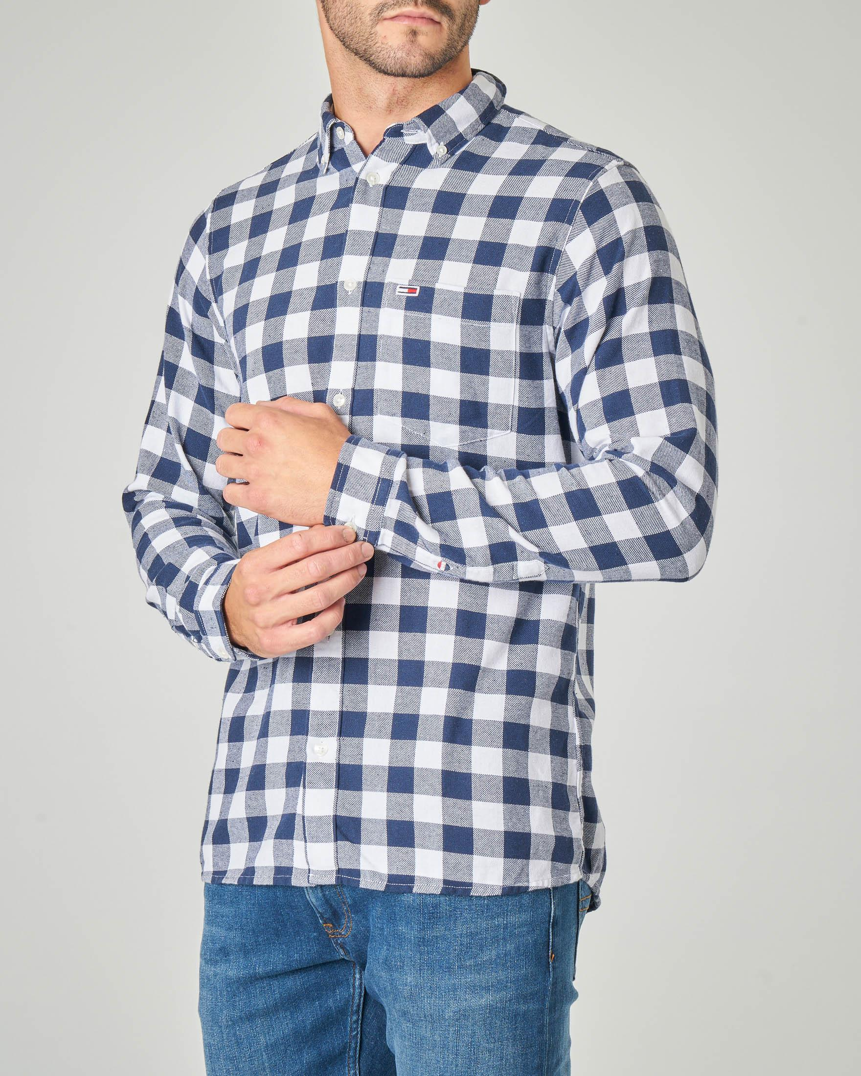 Camicia a quadri blu e bianchi con taschino e collo button down