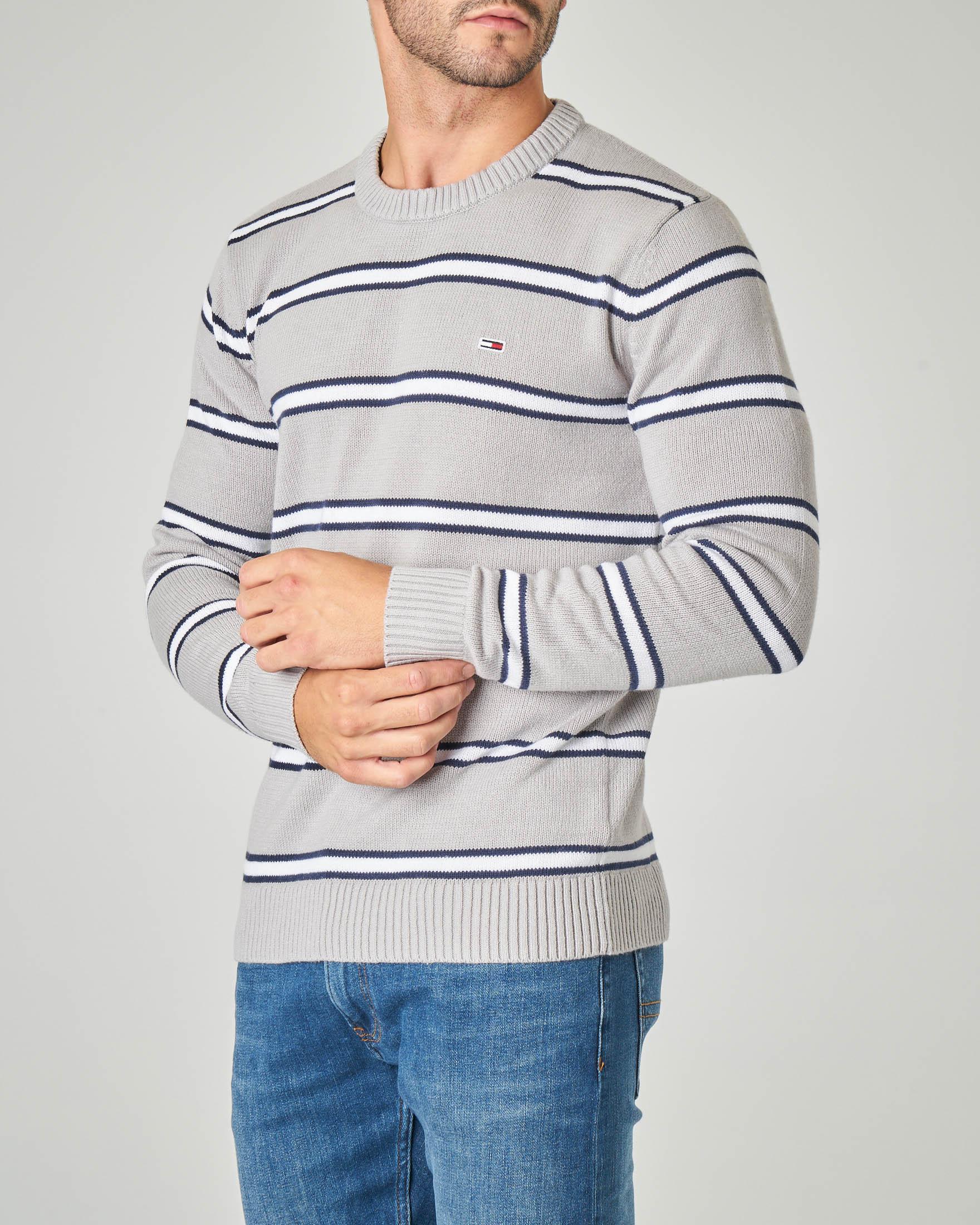 Maglia grigia in cotone girocollo con righe bianche e blu