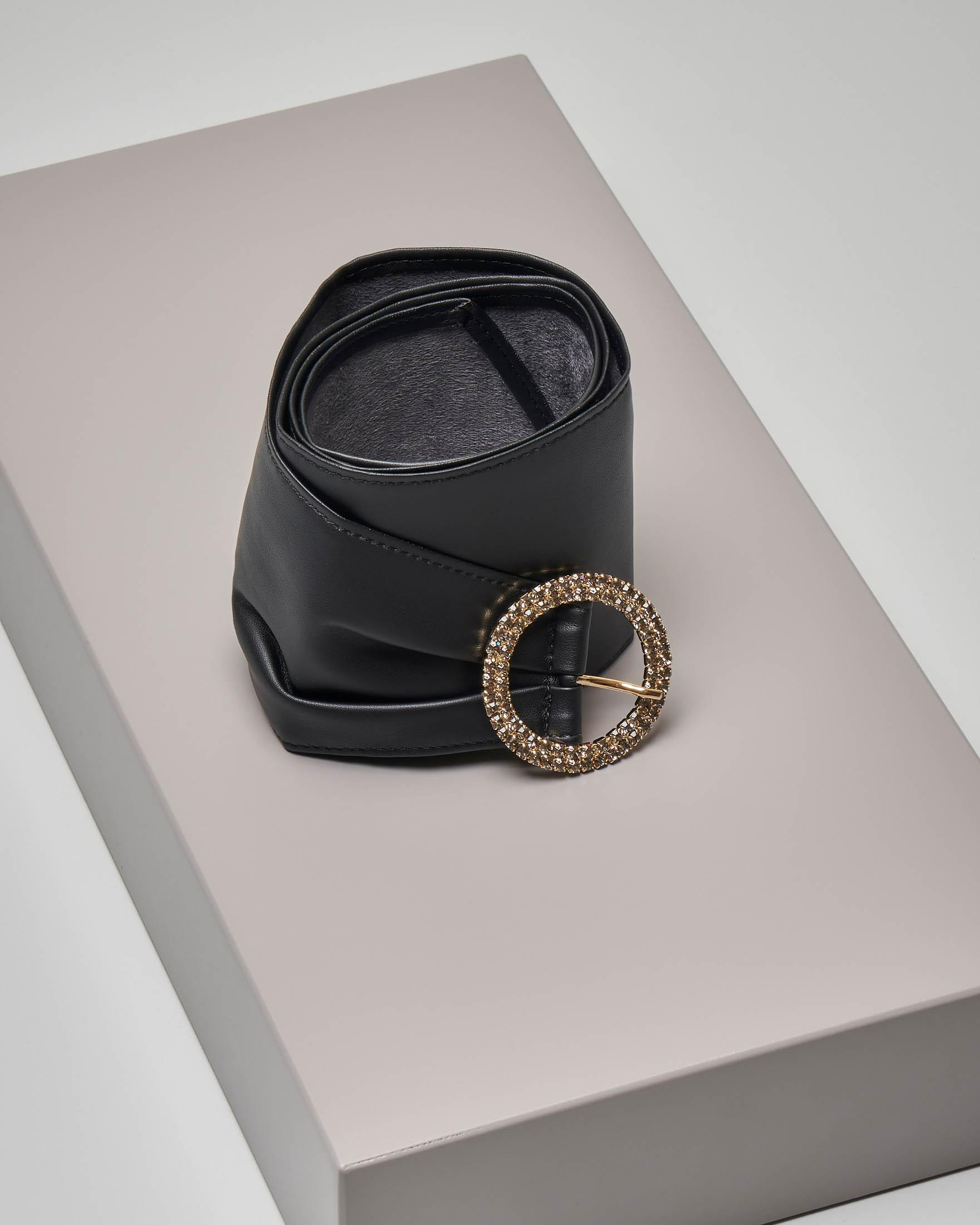 Cintura nera in ecopelle effetto liscio con fibbia tonda dorata