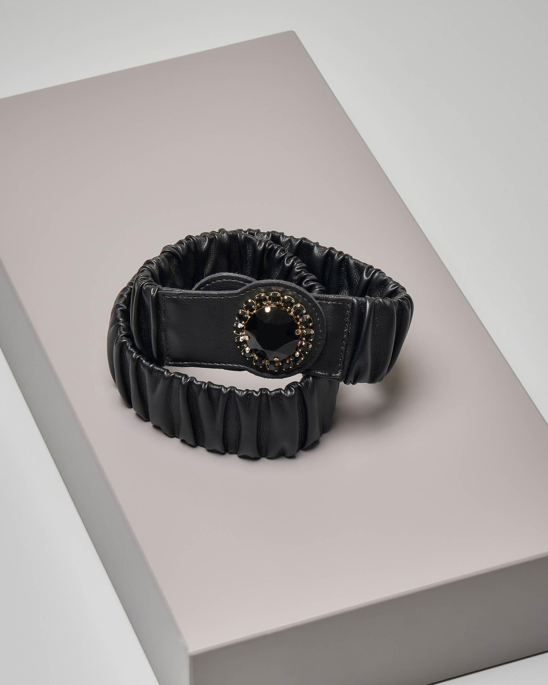 Cintura in ecopelle nera effetto arricciato con chiusura gioiello tono su tono